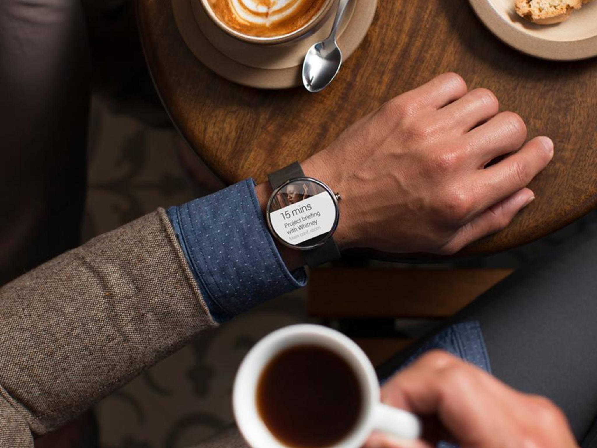Die Motorola Moto 360 kann an Termine erinnern und Nachrichten anzeigen.