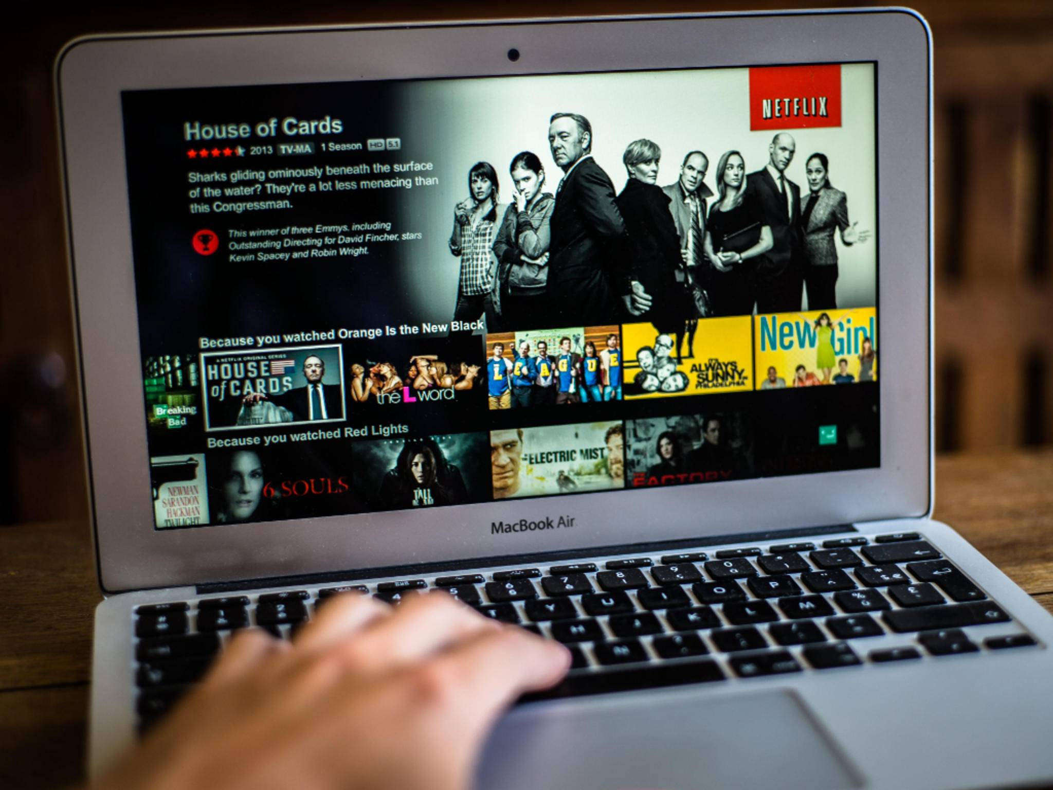 Ganz bequem seine Lieblingsserie schauen: Netflix ist auf Platz 3 der Technik-Begriffe.
