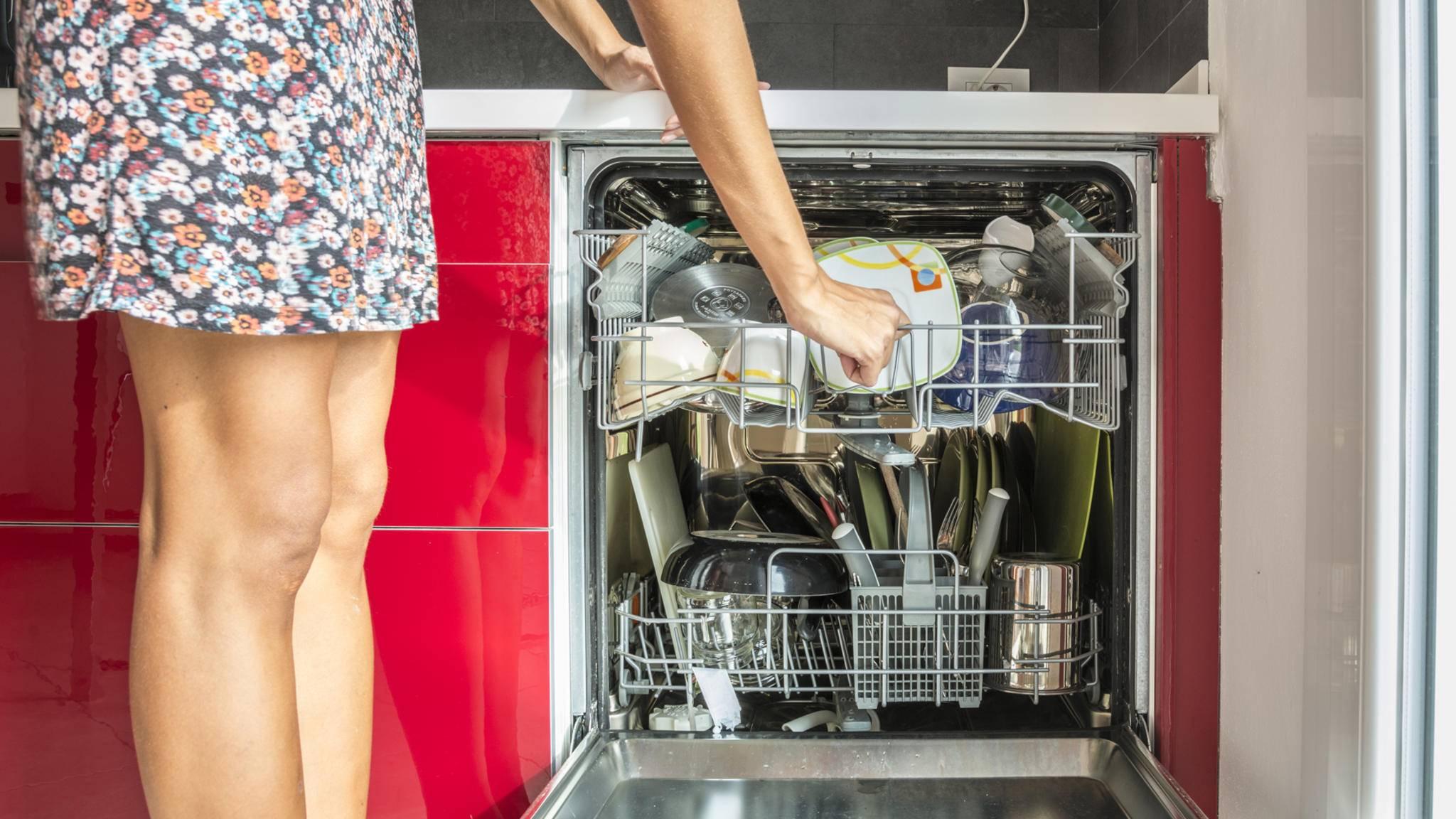Damit sie lange durchhält, muss die Spülmaschine regelmäßig gereinigt werden.