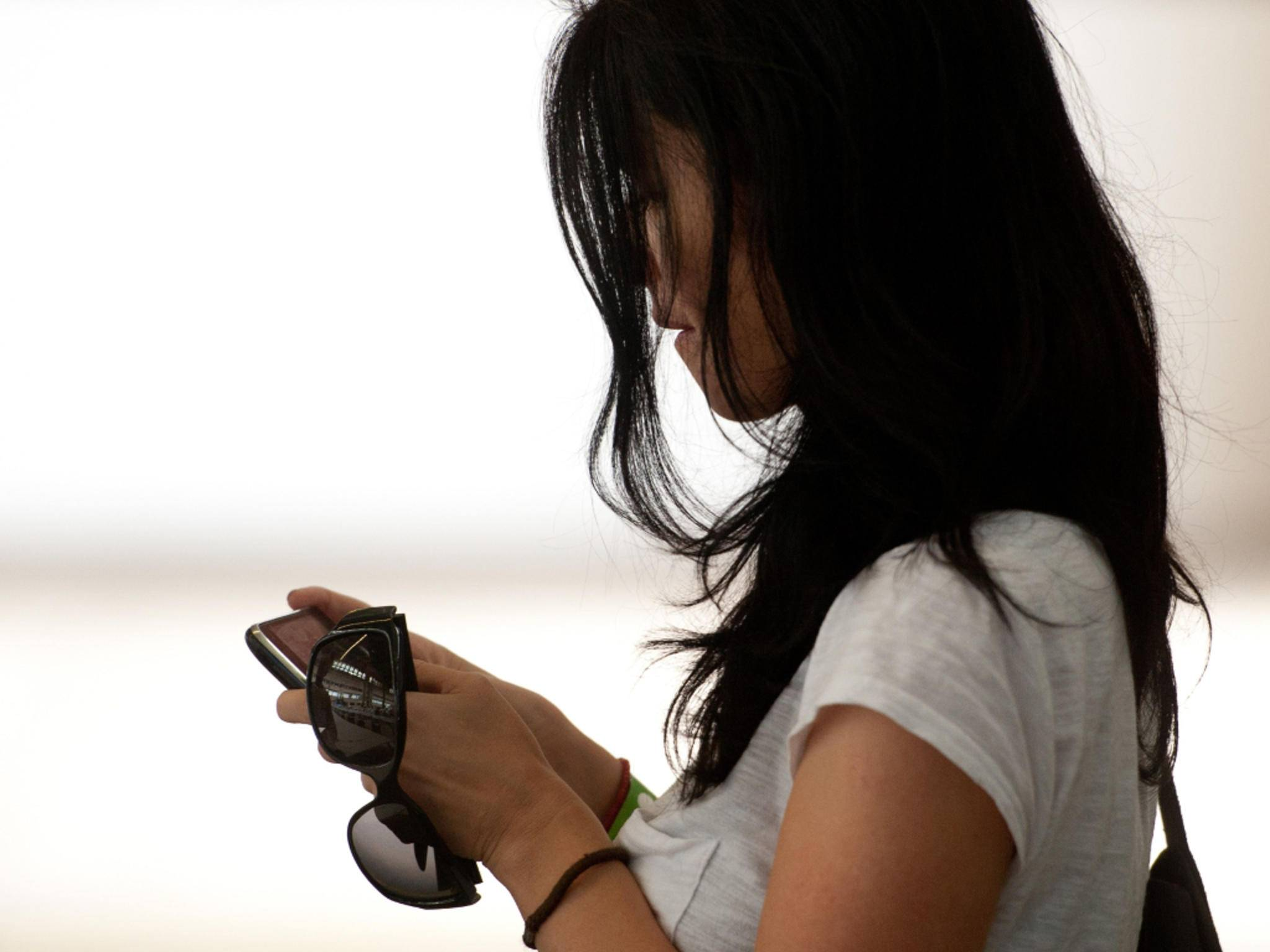 Frau mit Smartphone in der Hand