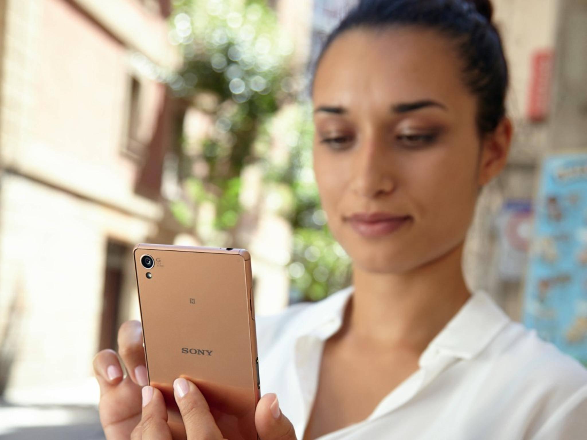 Auch diese junge Dame freut sich bald über das Android 5.1-Lollipop-Update - so wie viele Sony Xperia-Besitzer.