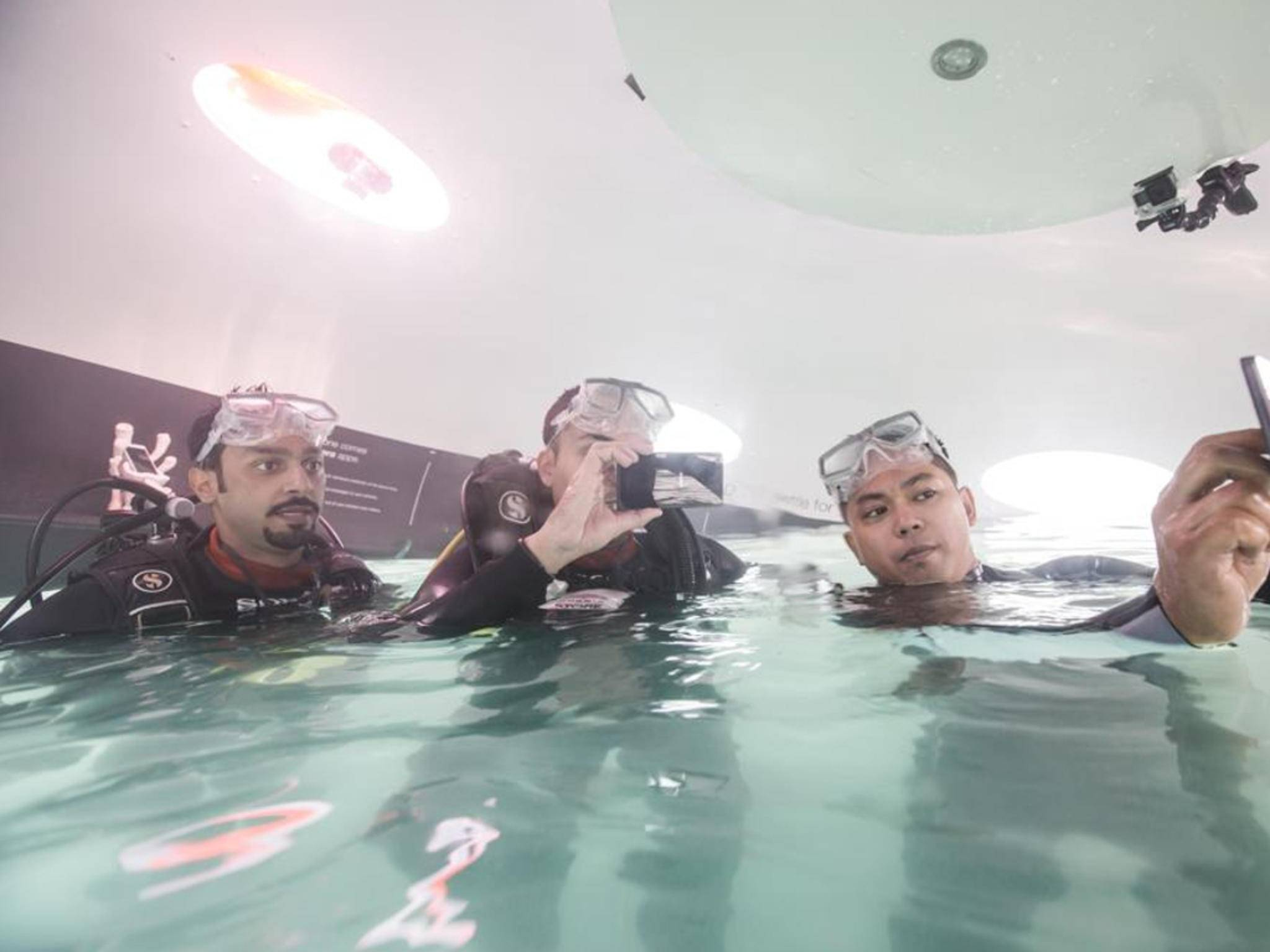 Im Xperia Aquatech Store lassen sich Xperia-Smartphones unter Wasser testen.