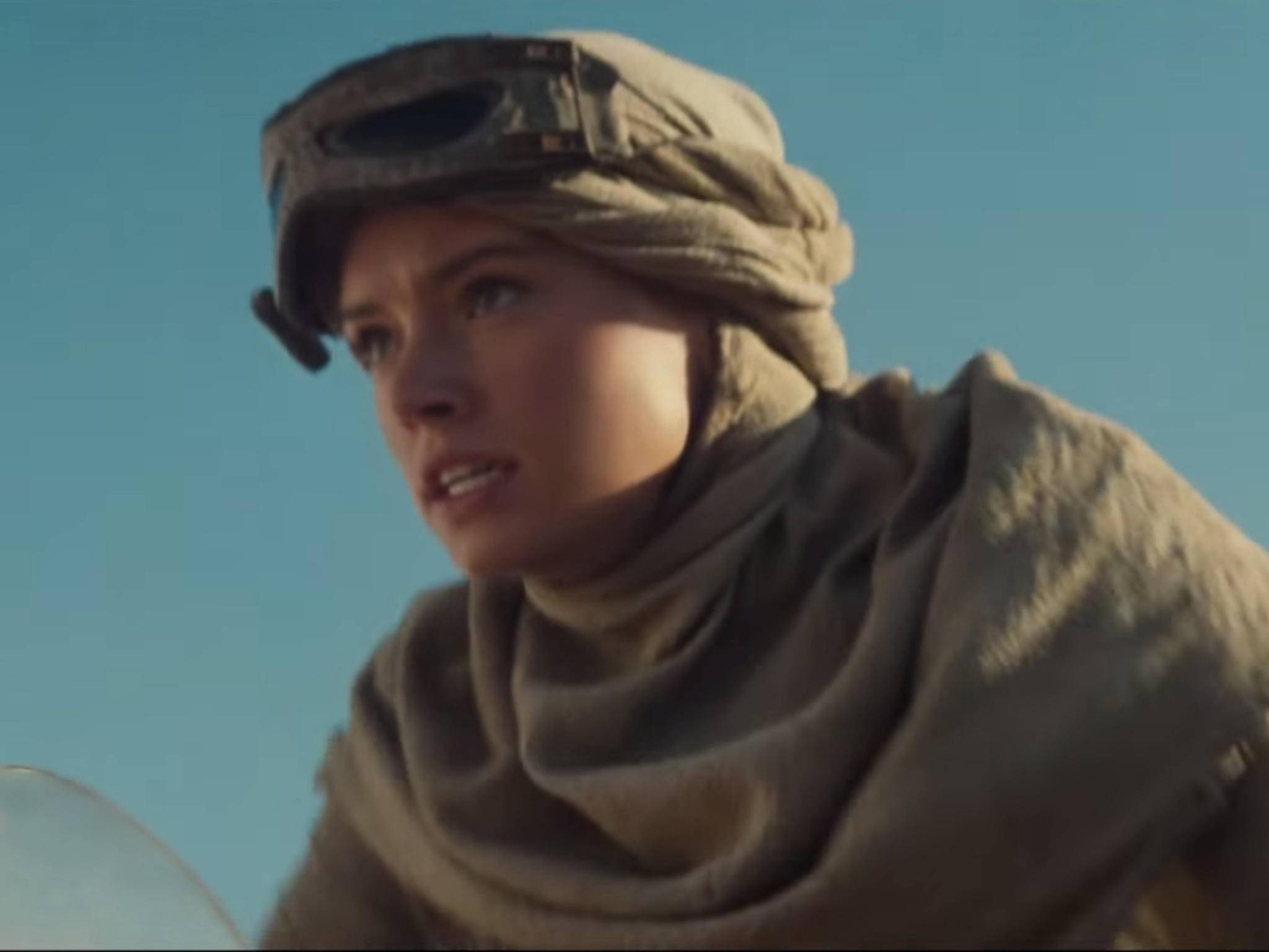 Daisy Ridley alias Rey sitzt im Trailer auf einem Speeder.