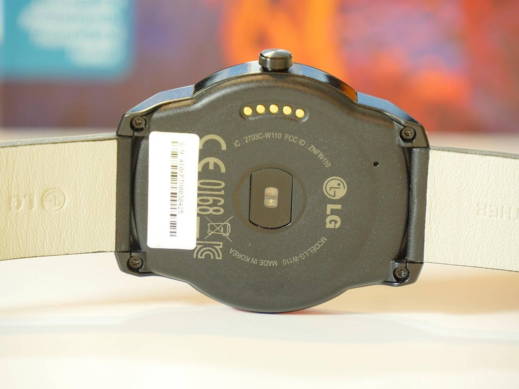 Auf der Uhrenrückseite sitzen die Ladekontakte und ein optischer Sensor zum Pulsmessen.