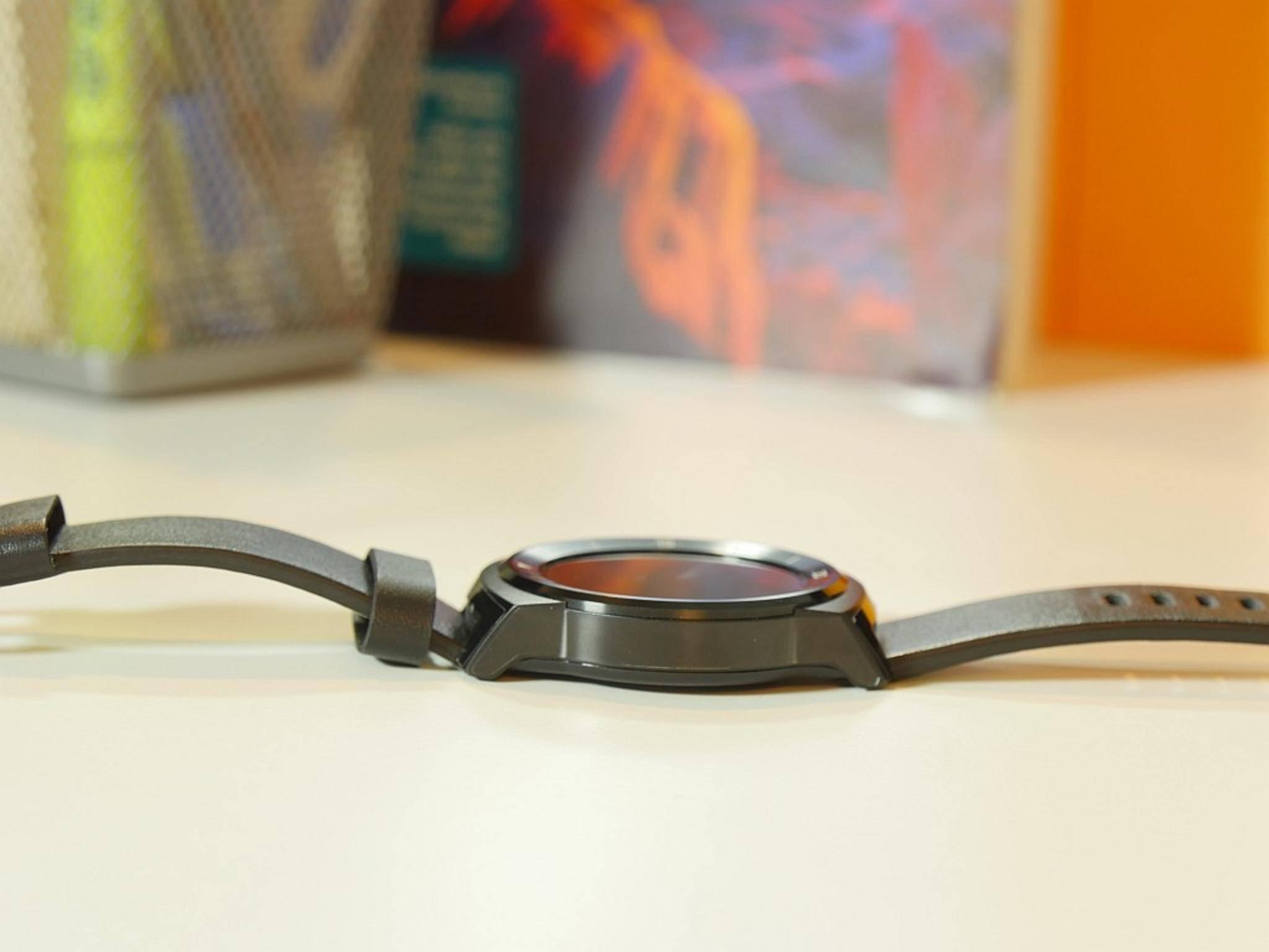 Dennoch ist die LG G Watch R nicht schwer und nach kurzer Eingewöhnung angenehm zu tragen.