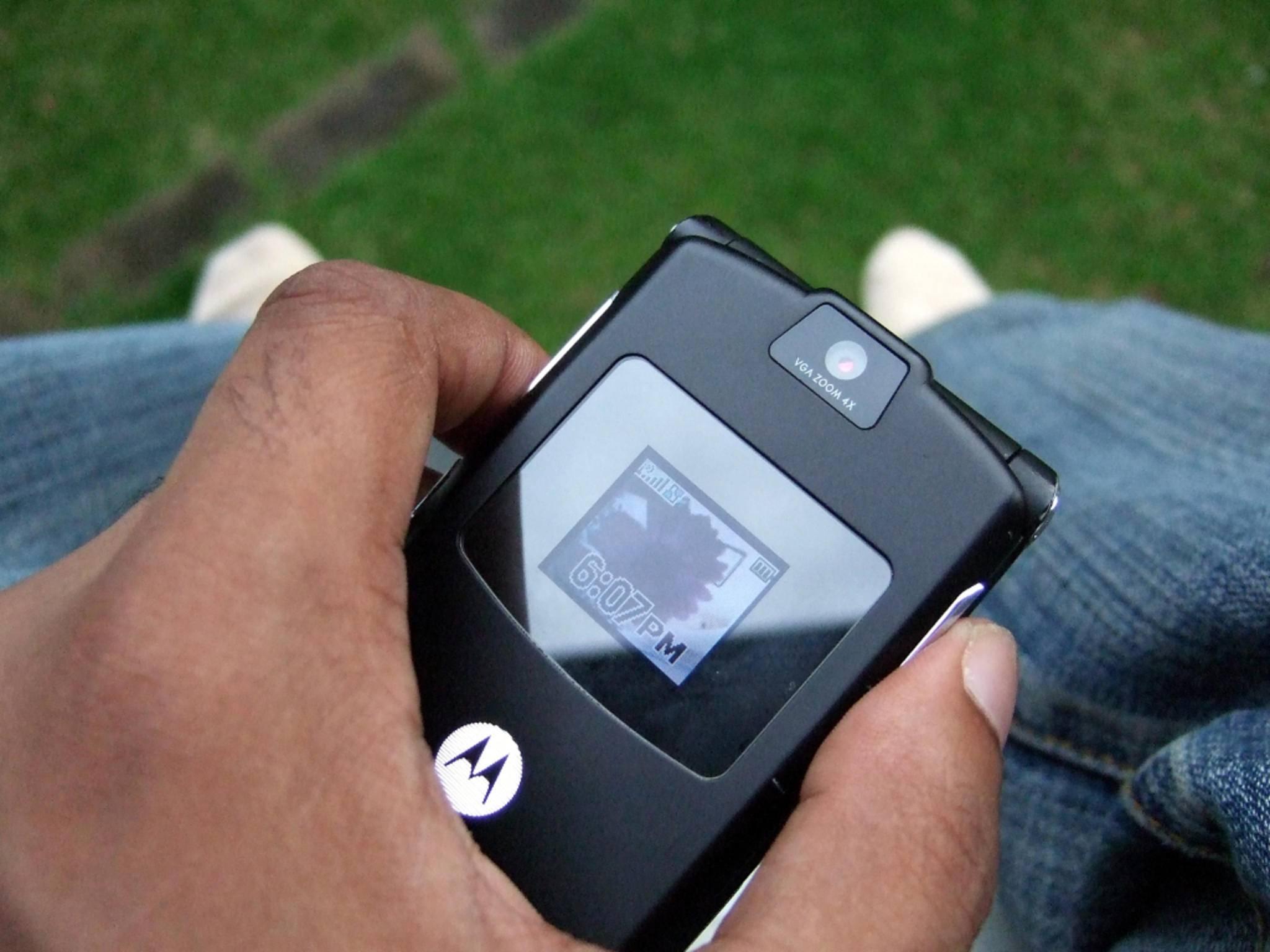 Robust und durchhaltestark: Immer mehr Stars tauschen ihr Smartphone gegen ein Klapphandy.