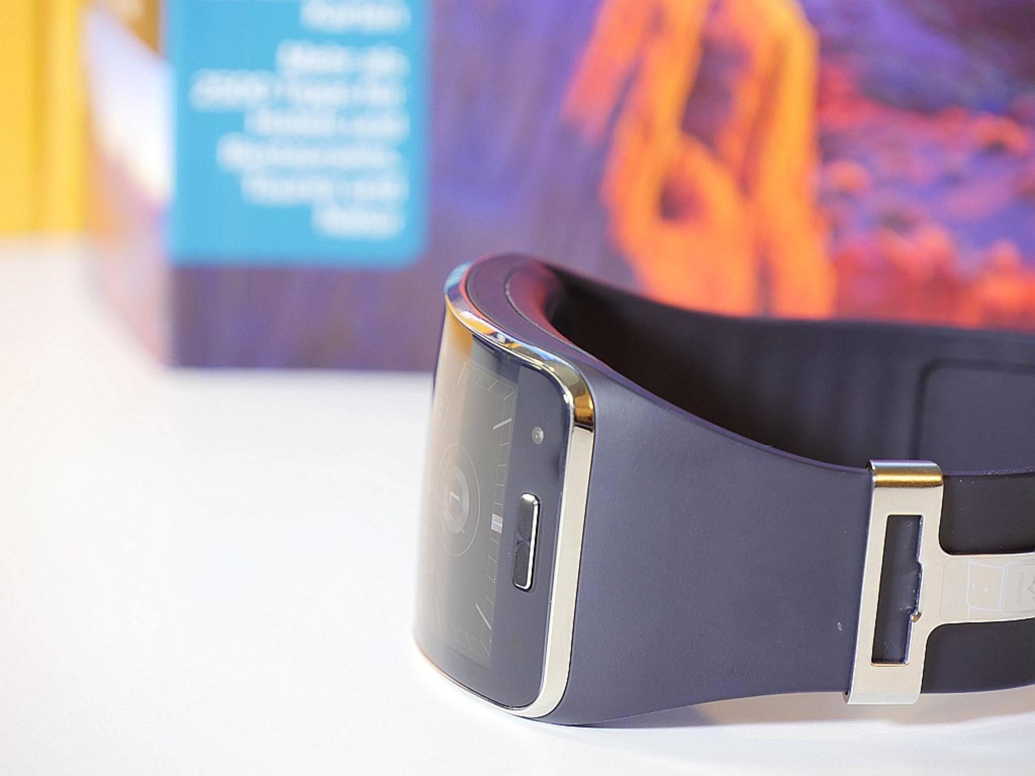 Steckt viel Technik drin: Das Curved-Gehäuse der Uhr fällt dick aus.