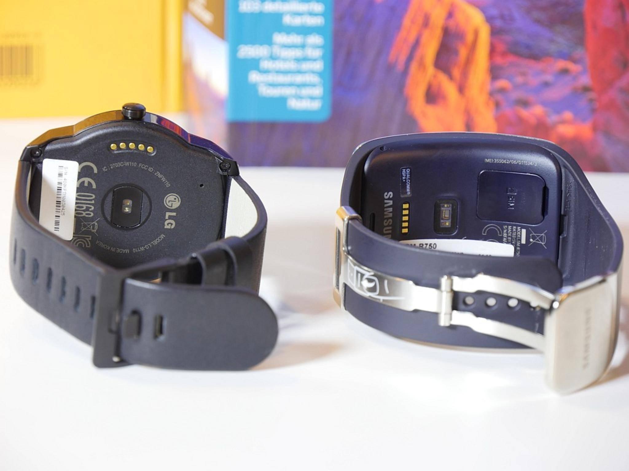Auf der Uhrenrückseite kommen Pulssensor, SIM-Kartenslot und Ladekontakte unter.
