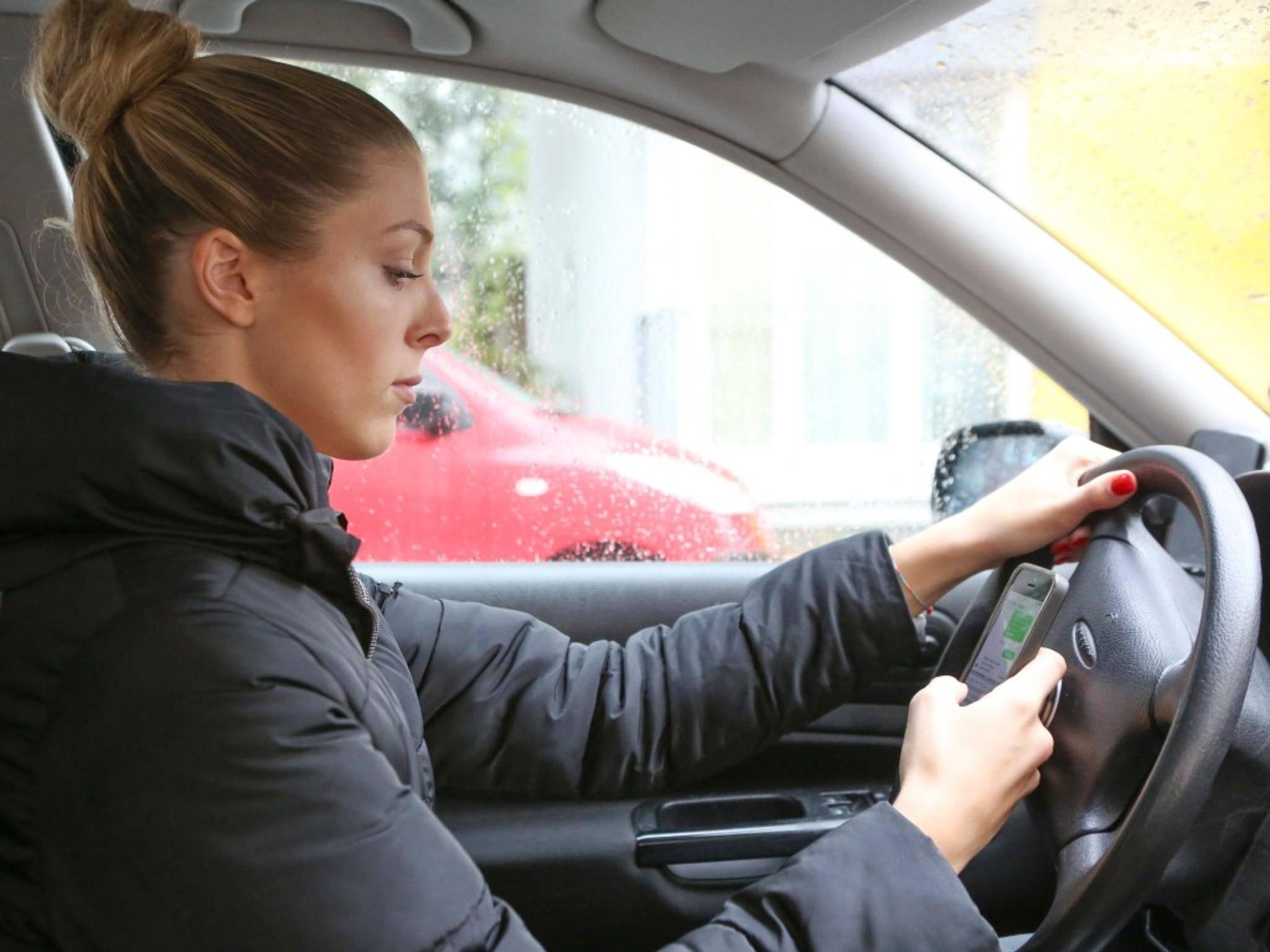 Handys am Steuer sind zwar verboten, könnten aber bald den Führerschein ersetzen.