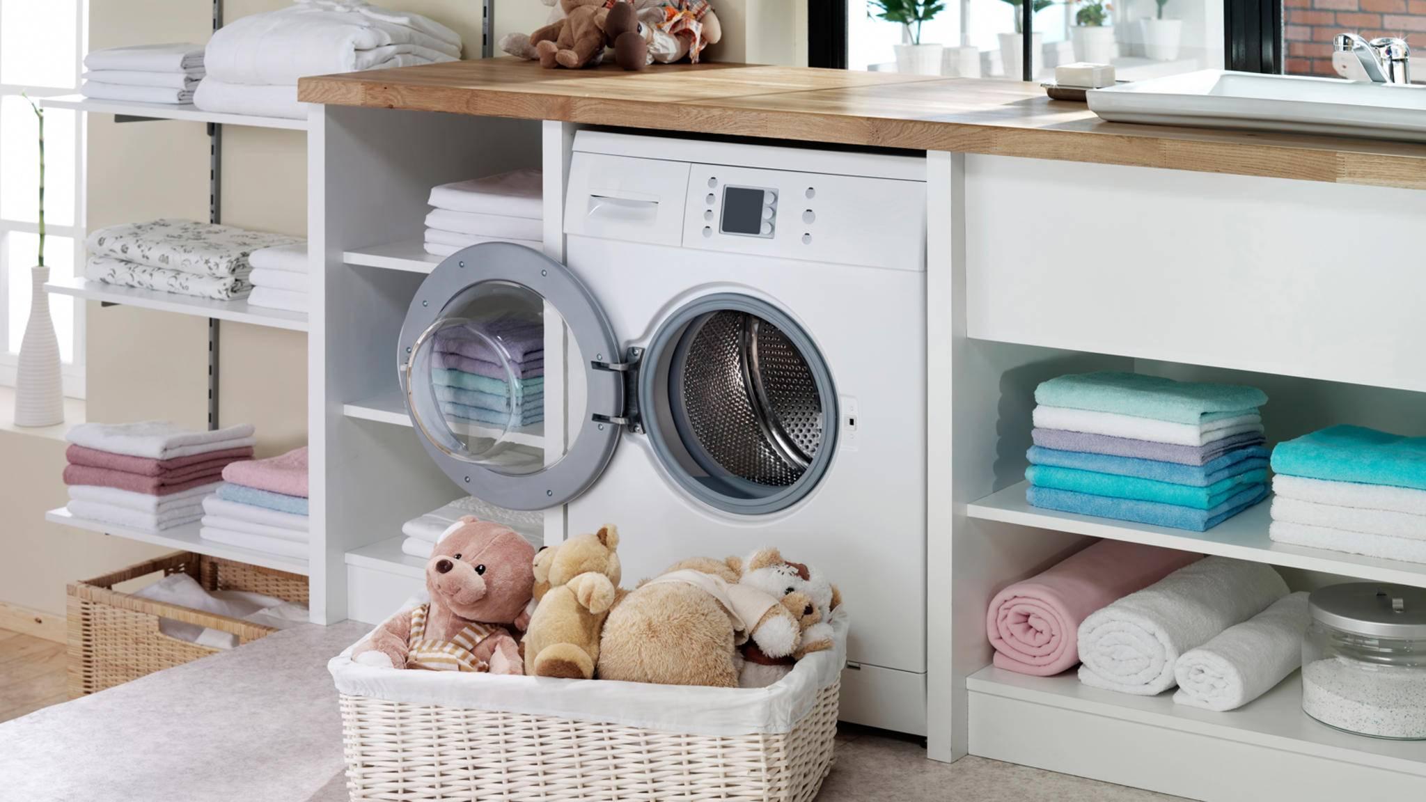 Damit die Waschmaschine lange ihren Dienst tut, solltest Du sie regelmäßig reinigen.