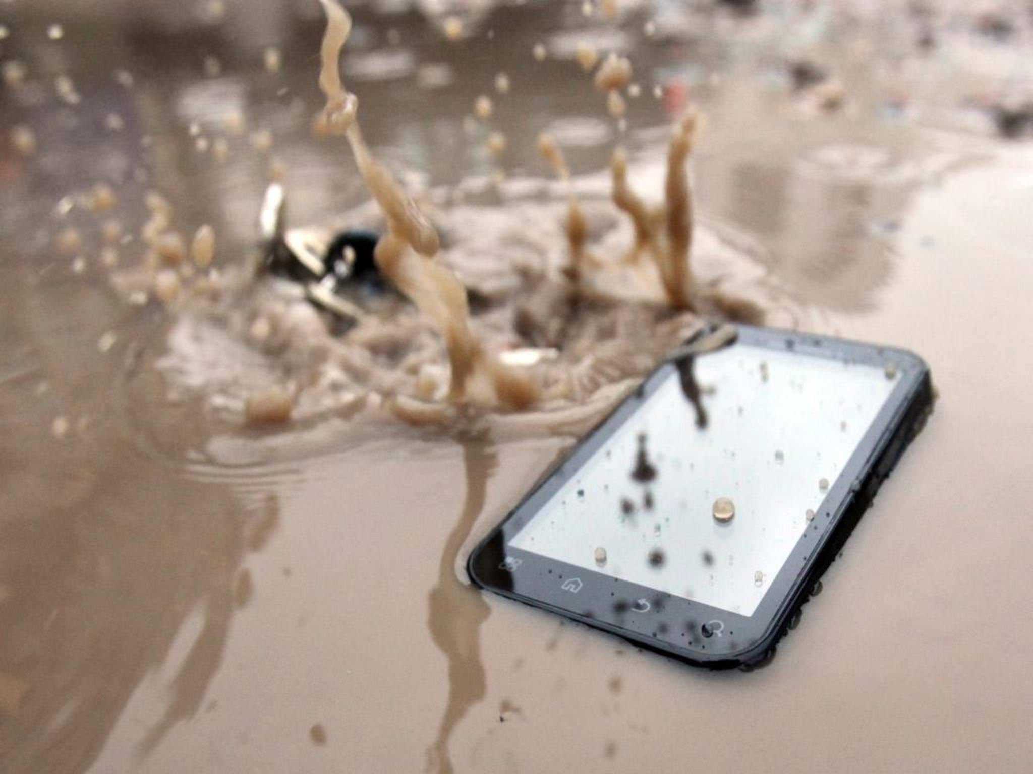 Ein Outdoor-Smartphone steckt sowas locker weg – wenn man das richtige kauft.