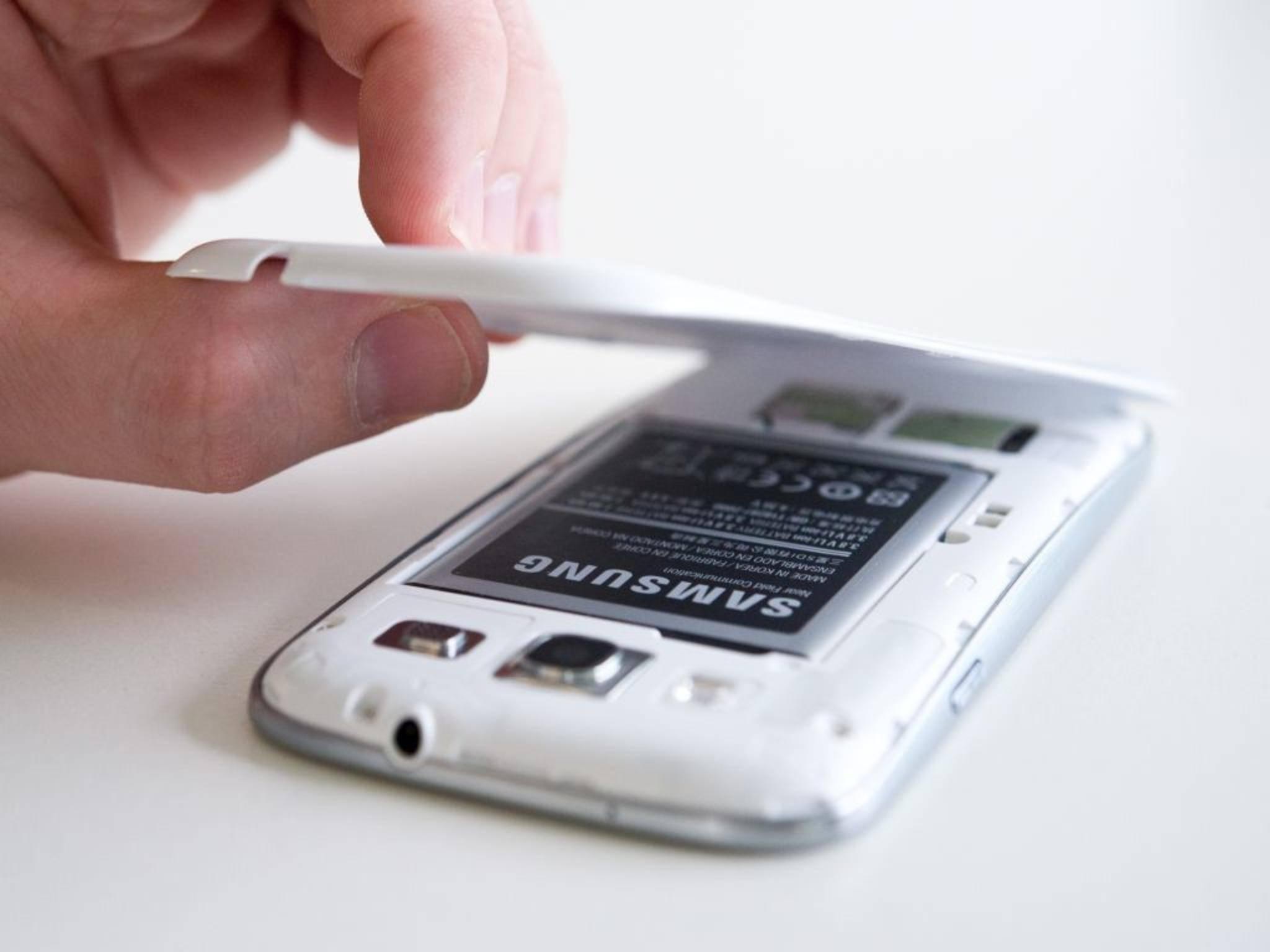 """""""Vorsichtig ... ganz vorsichtig..."""" - Dank neuer Kevlar-Technik sollen Smartphone-Akkus besser und sicherer werden."""