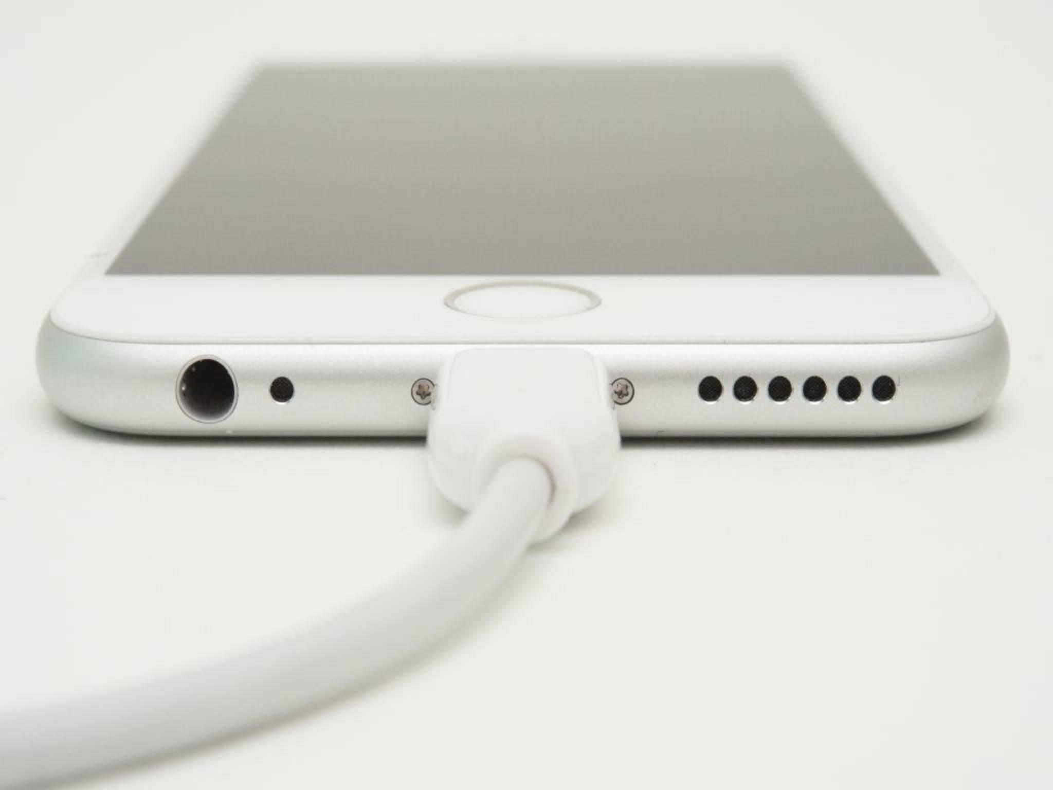 In Windeseile geladen: Der neue Lightning-Port soll das iPhone noch schneller wieder flott machen.