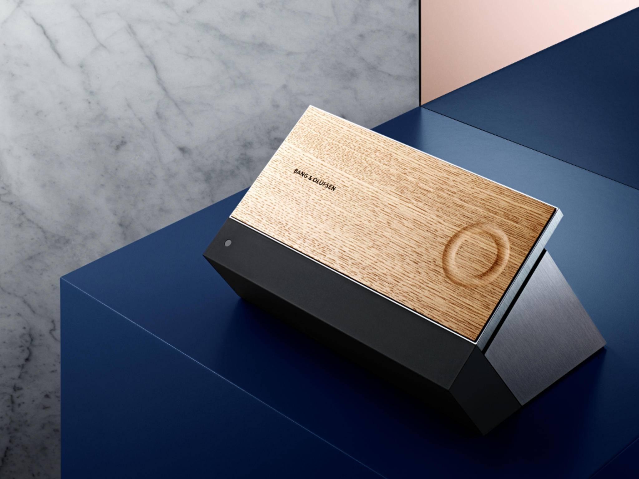 Der BeoSound Moment besitzt eine stylische Touch-Oberfläche aus Eichenholz.