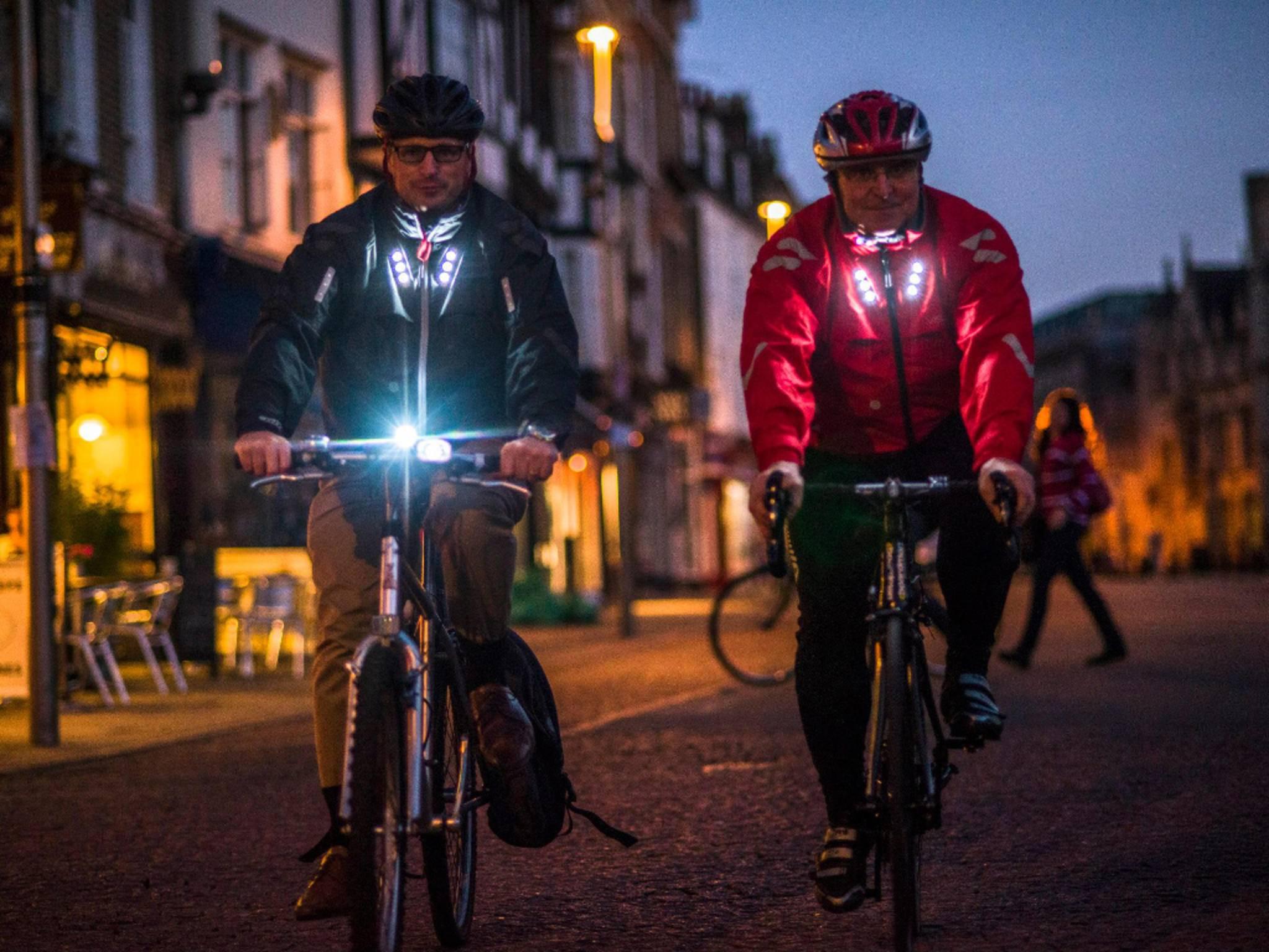 Die Fahrradjacke Visijax besitzt smarte LED-Lichter.