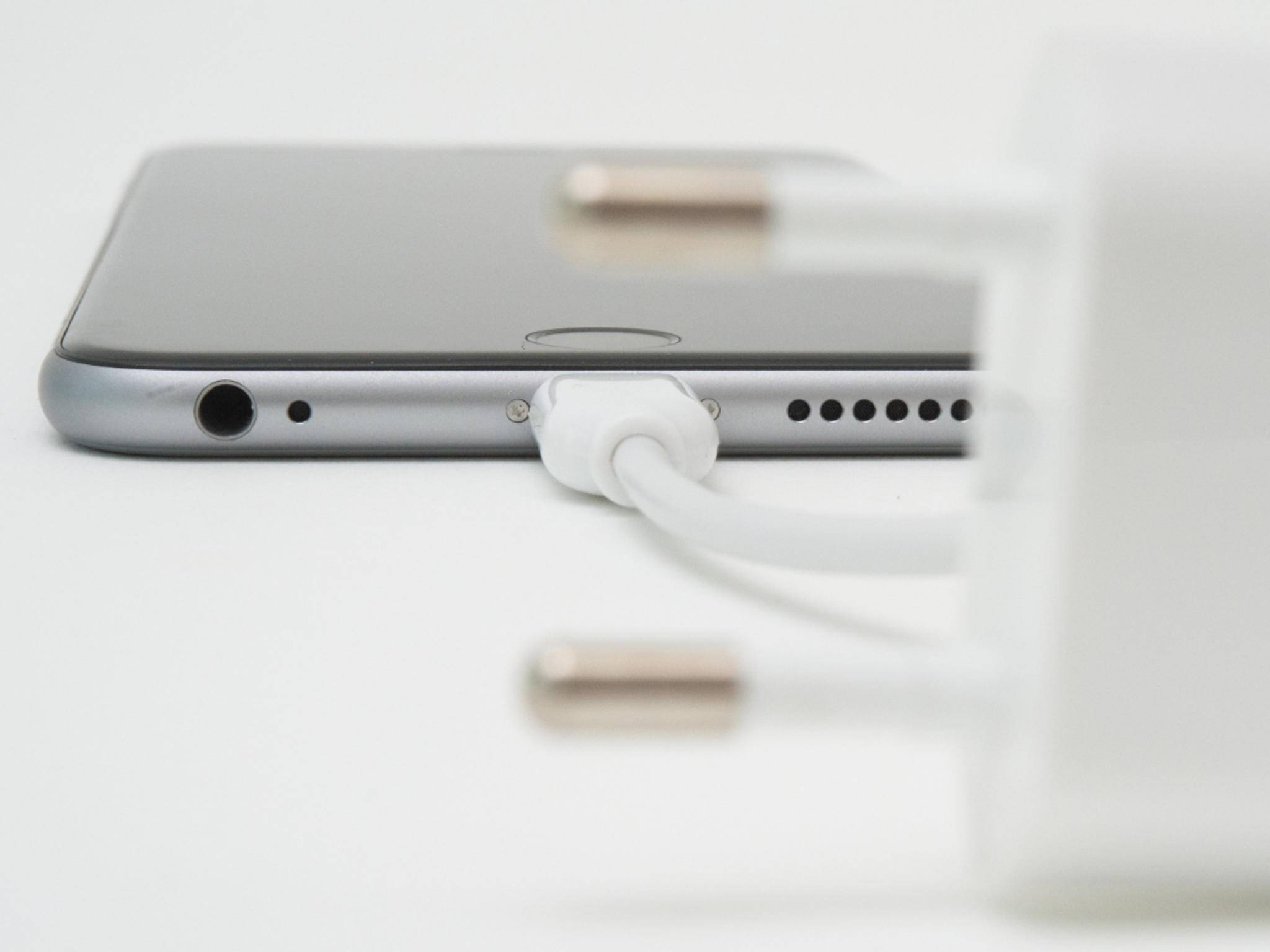 Lightning-Anschluss beim iPhone 6 – das Kabel muss nicht zwangsweise von Apple sein.