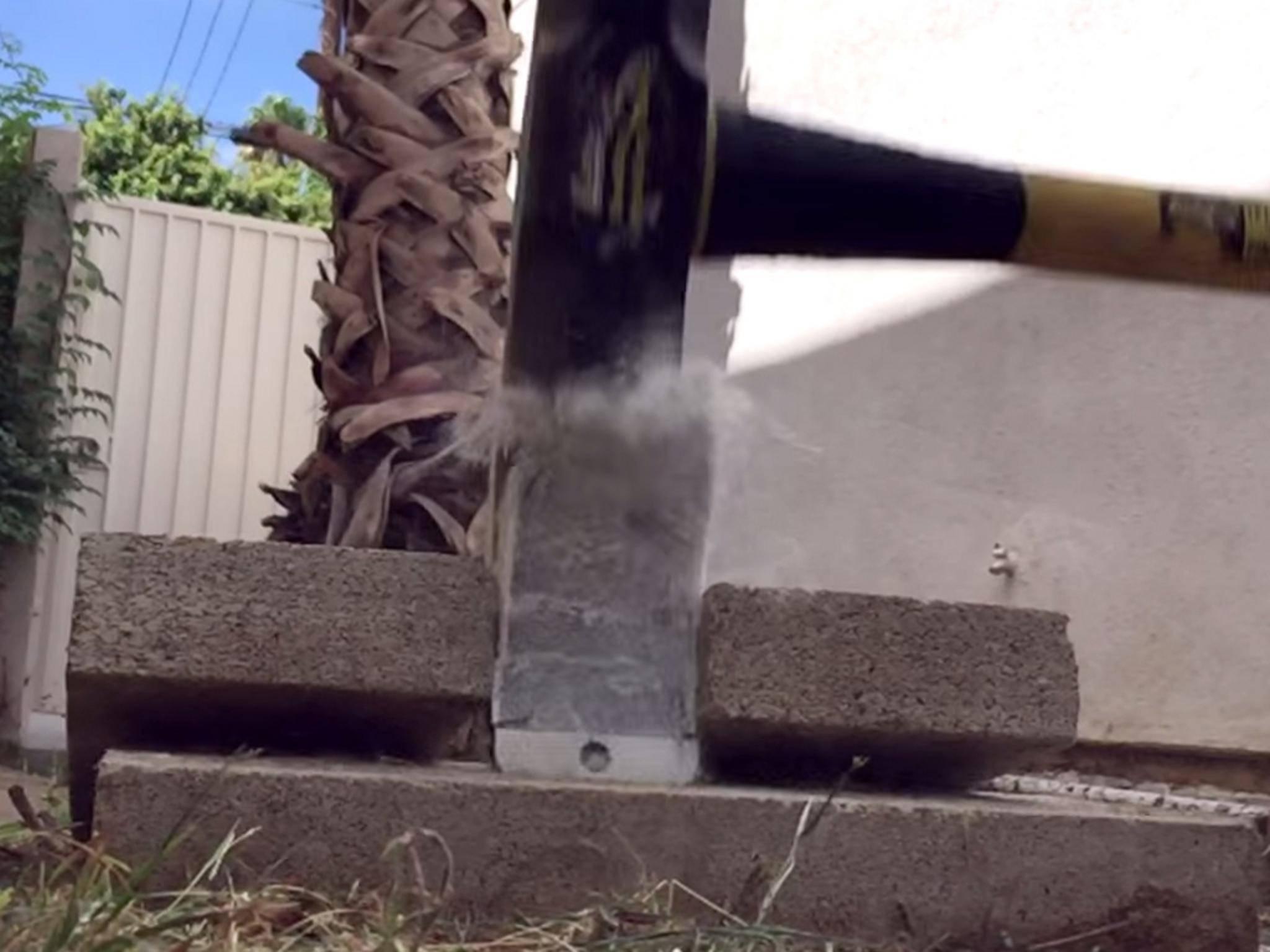 Einem Hammer hat das gefrorene iPhone 6 Plus wenig entgegenzusetzen.
