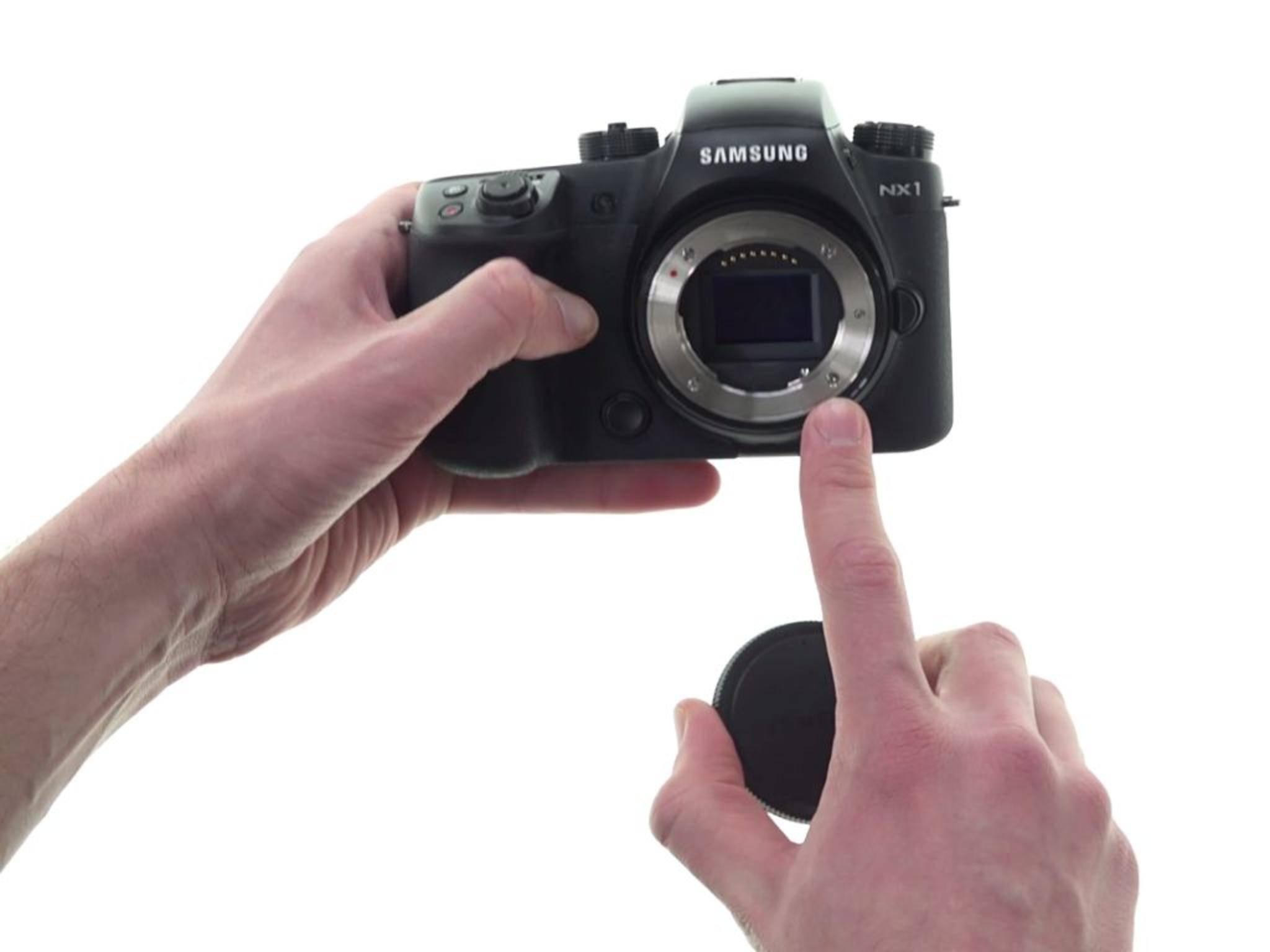 Die Samsung NX1 macht im Unboxing-Video schon einen ganz guten Eindruck.