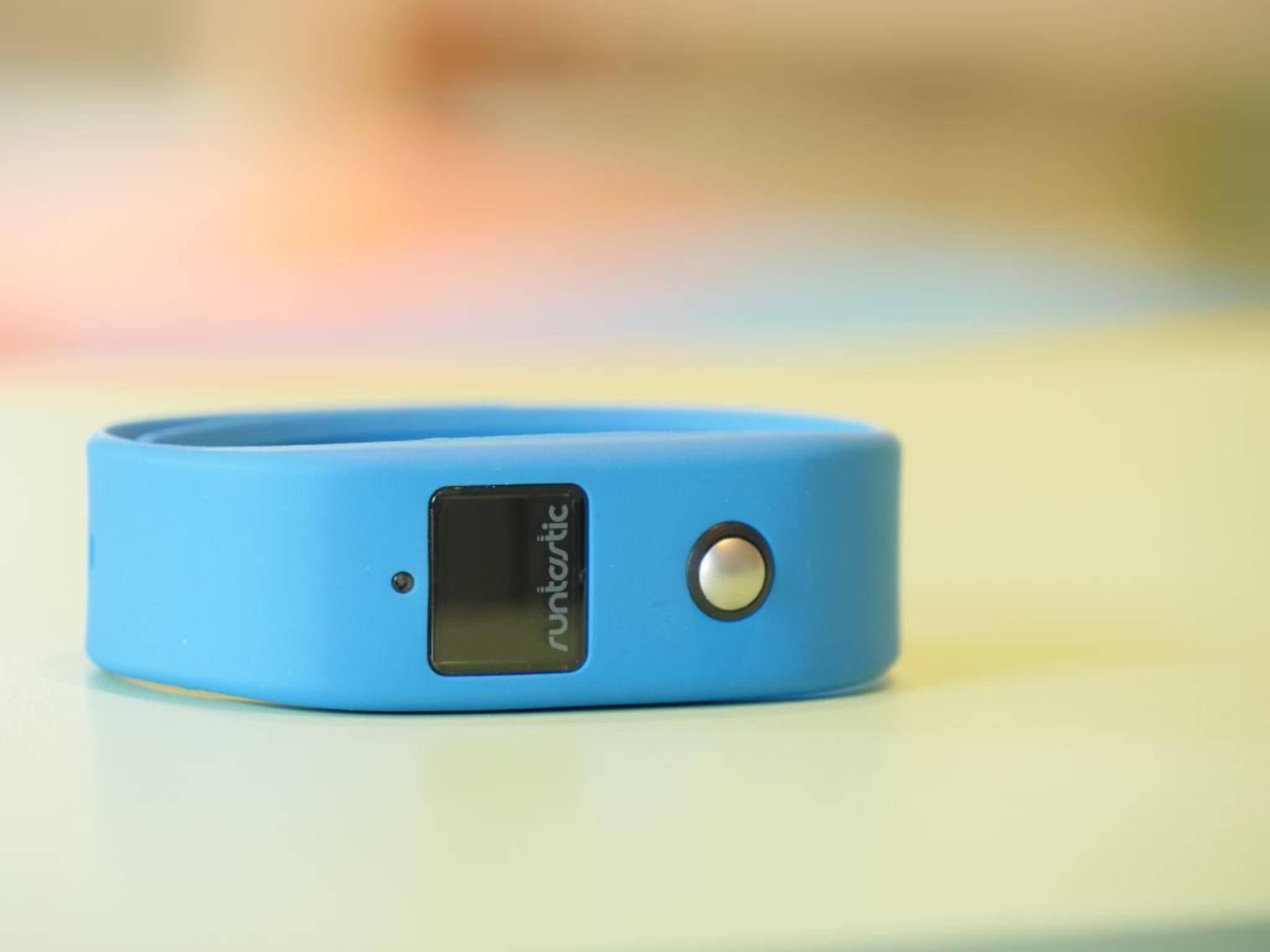 Der Runtastic Orbit wird mit verschiedenfarbigen Armbändern geliefert.