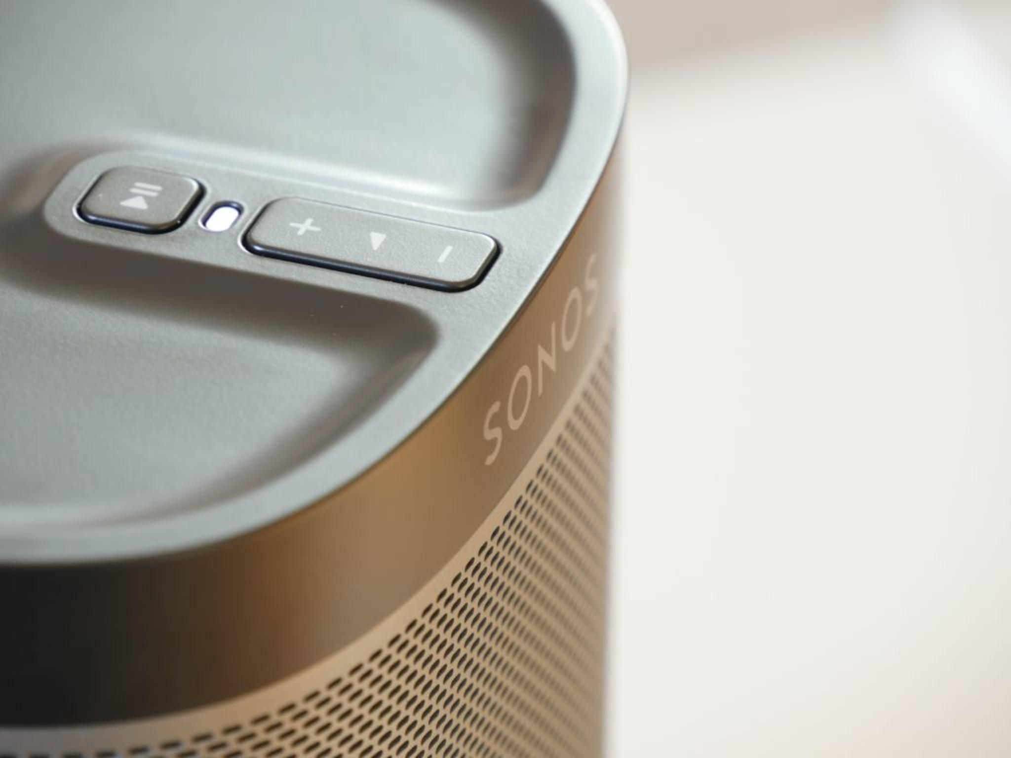 An der Oberseite des Sonos Play 1 sind die physische Tasten angebracht.