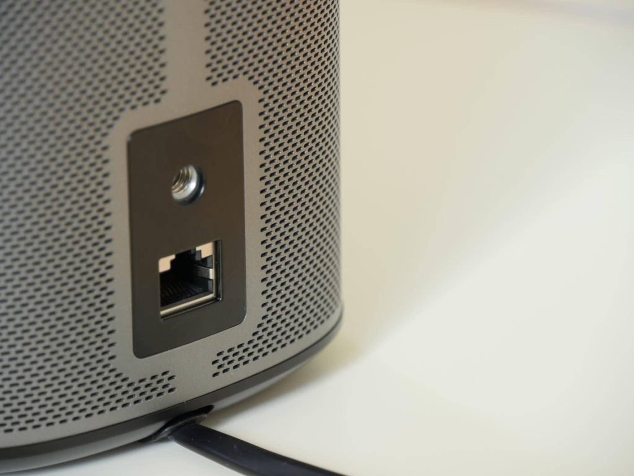 Auf der Rückseite gibt es nur einen Ethernet-Anschluss sowie ein Gewinde.