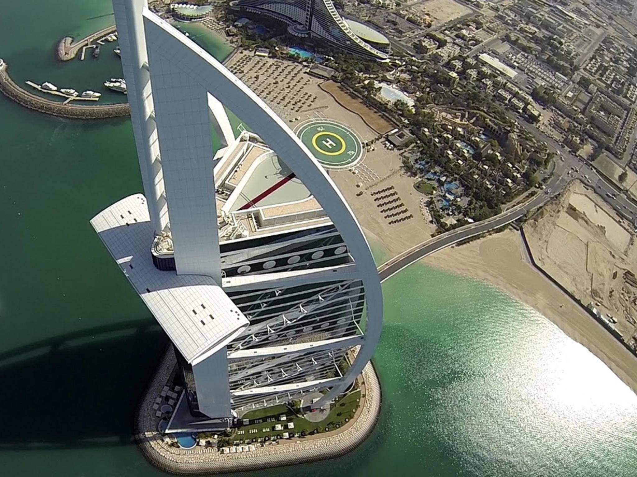 Das Burj al Arab aus der Sicht einer Drohne.