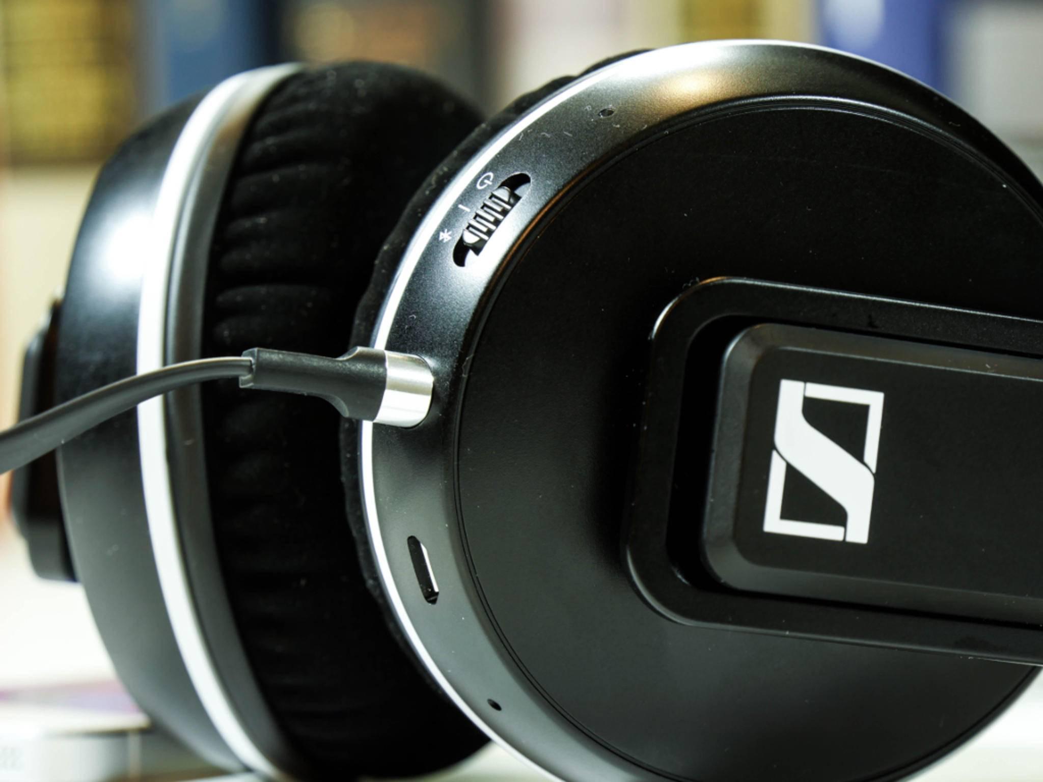 Neben Bluetooth kann der Kopfhörer auch per Kabel mit einem Gerät verbunden werden,