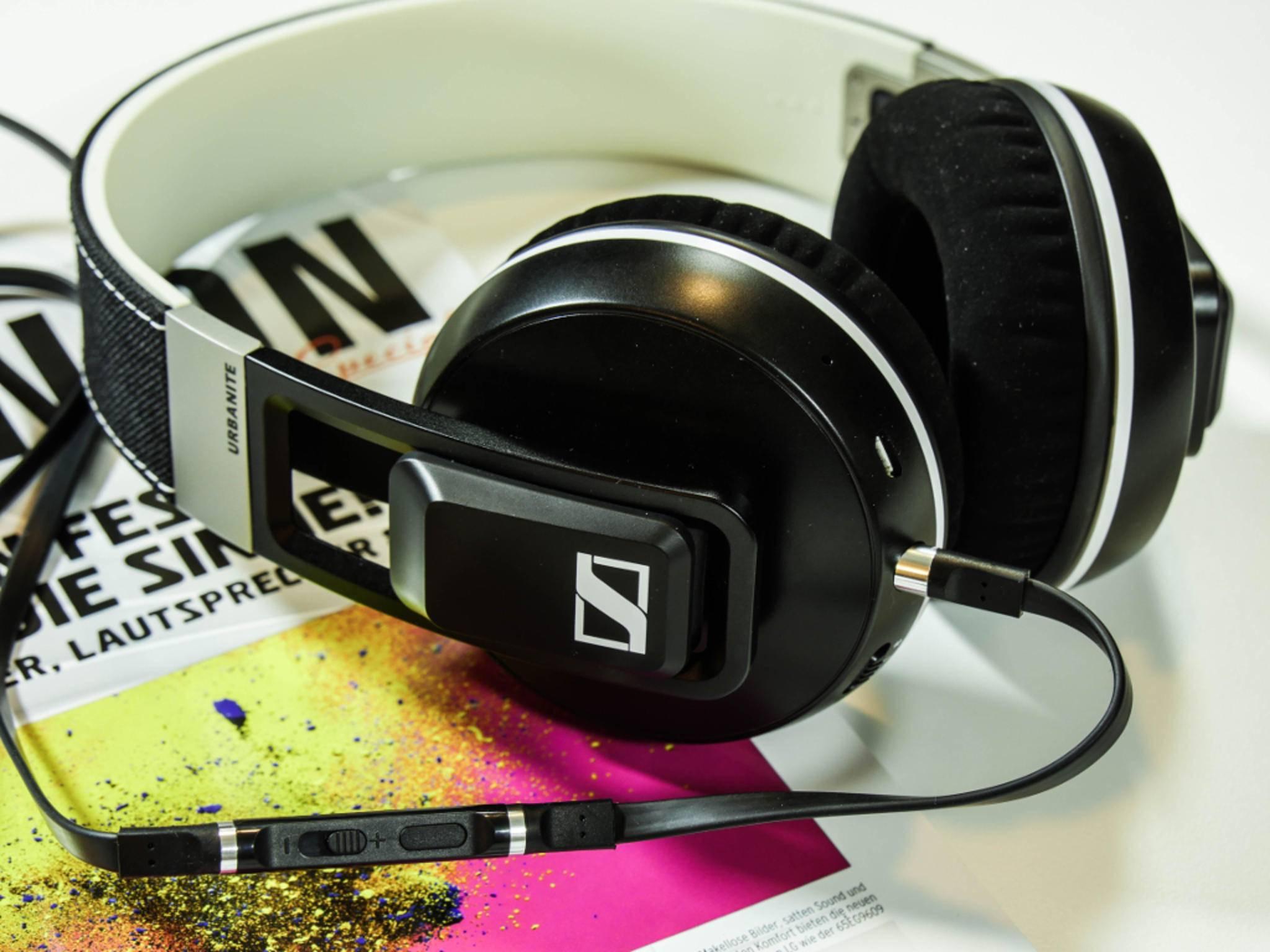 Wem unterwegs der Saft ausgeht, der kann den Kopfhörer auch per Kabel anschließen.