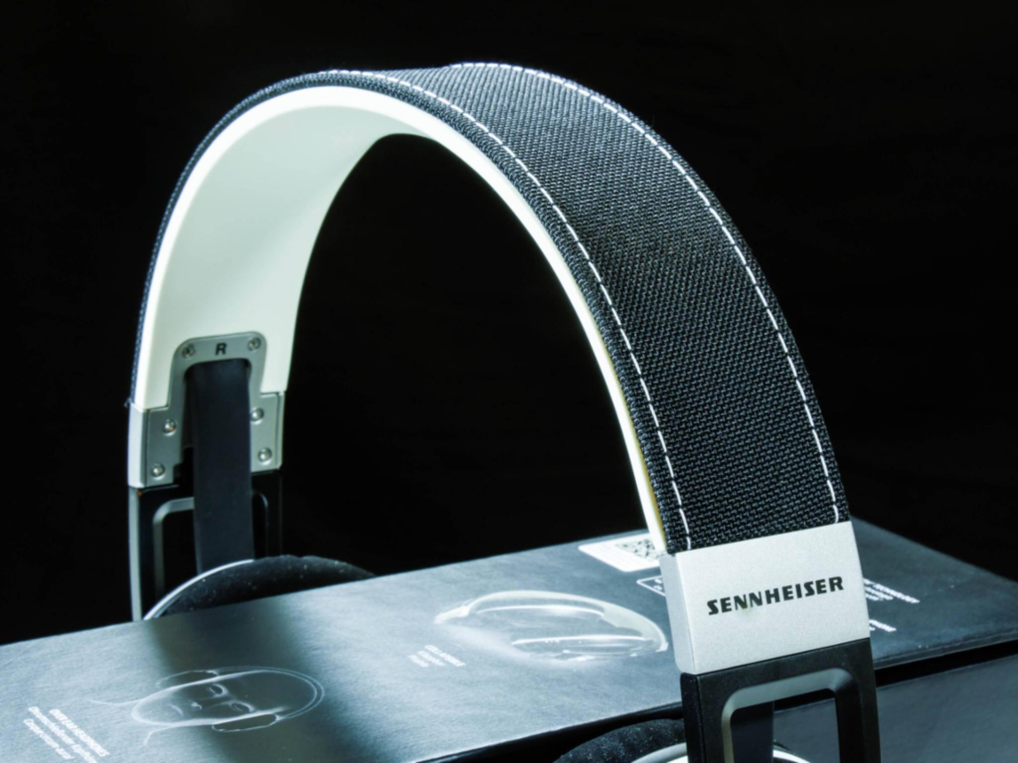 Der Bügel des Kopfhörers kommt im schicken Jeans-Look daher.