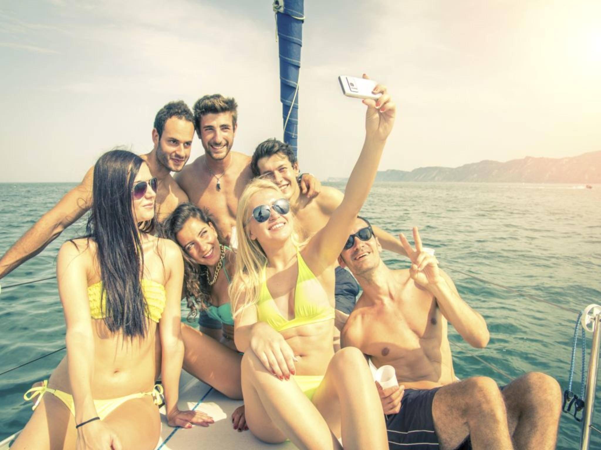 Das Smartphone ist sowieso immer dabei – wir zeigen, welche Gadgets die Sommerparty erst richtig steigen lassen.