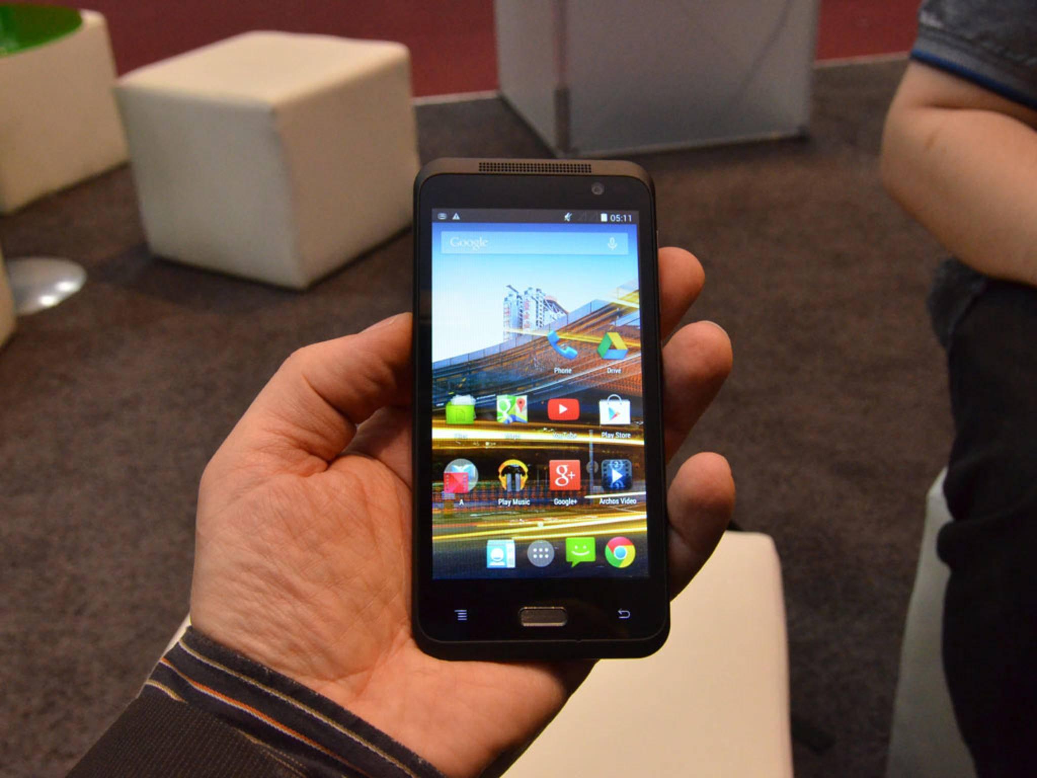 Das Archos 45 Neon ist ein besonders günstiges Gerät für Smartphone-Einsteiger.