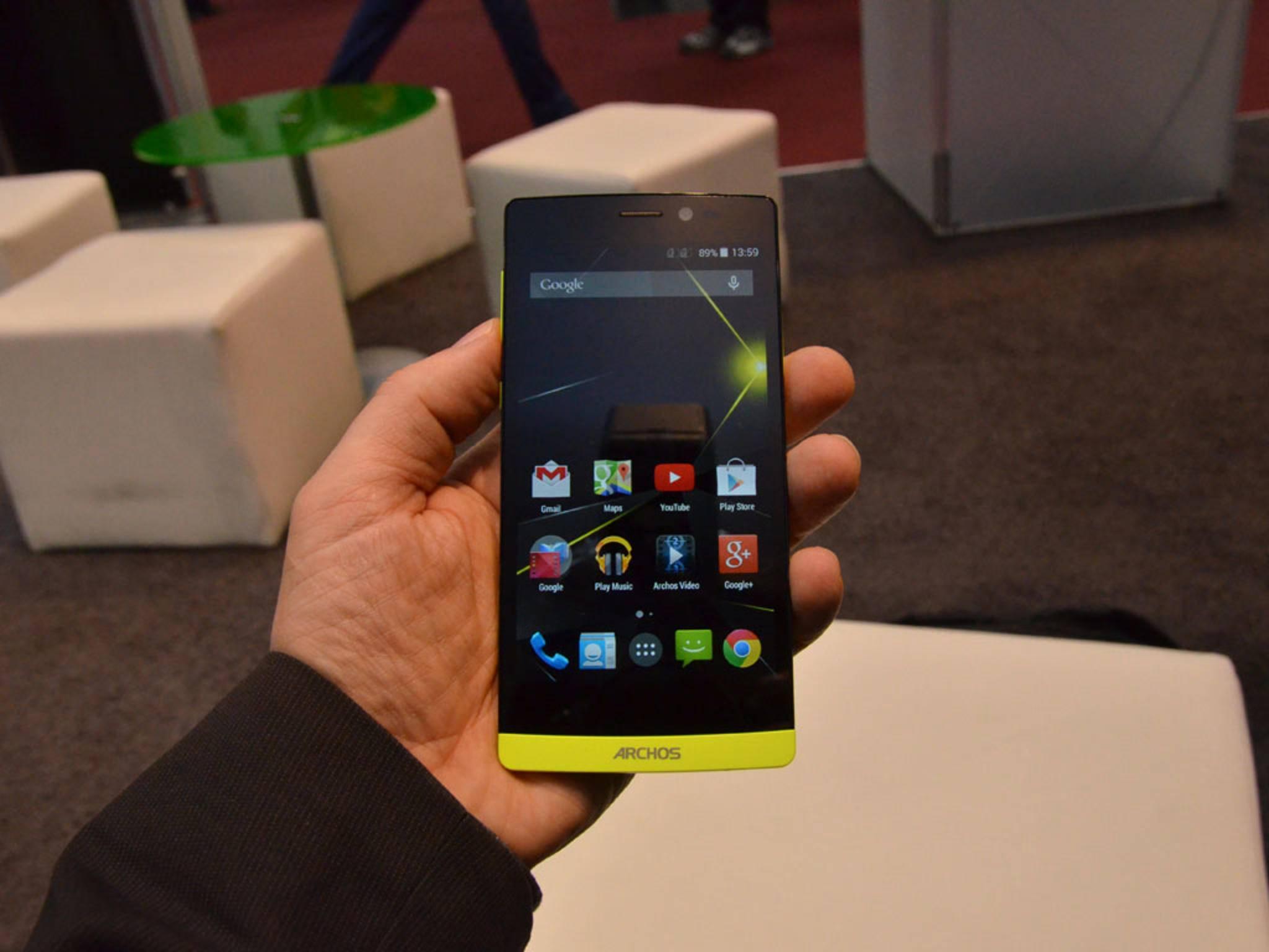 Das Archos-Smartphone liegt gut in der Hand, das Displaywirkt vielleicht etwas dunkel.