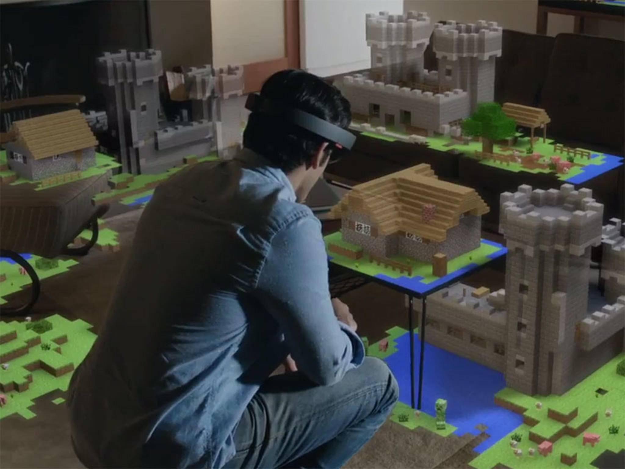 Microsoft arbeitet an seiner HoloLens, einer Mischung aus AR- und VR-Brille, während ...
