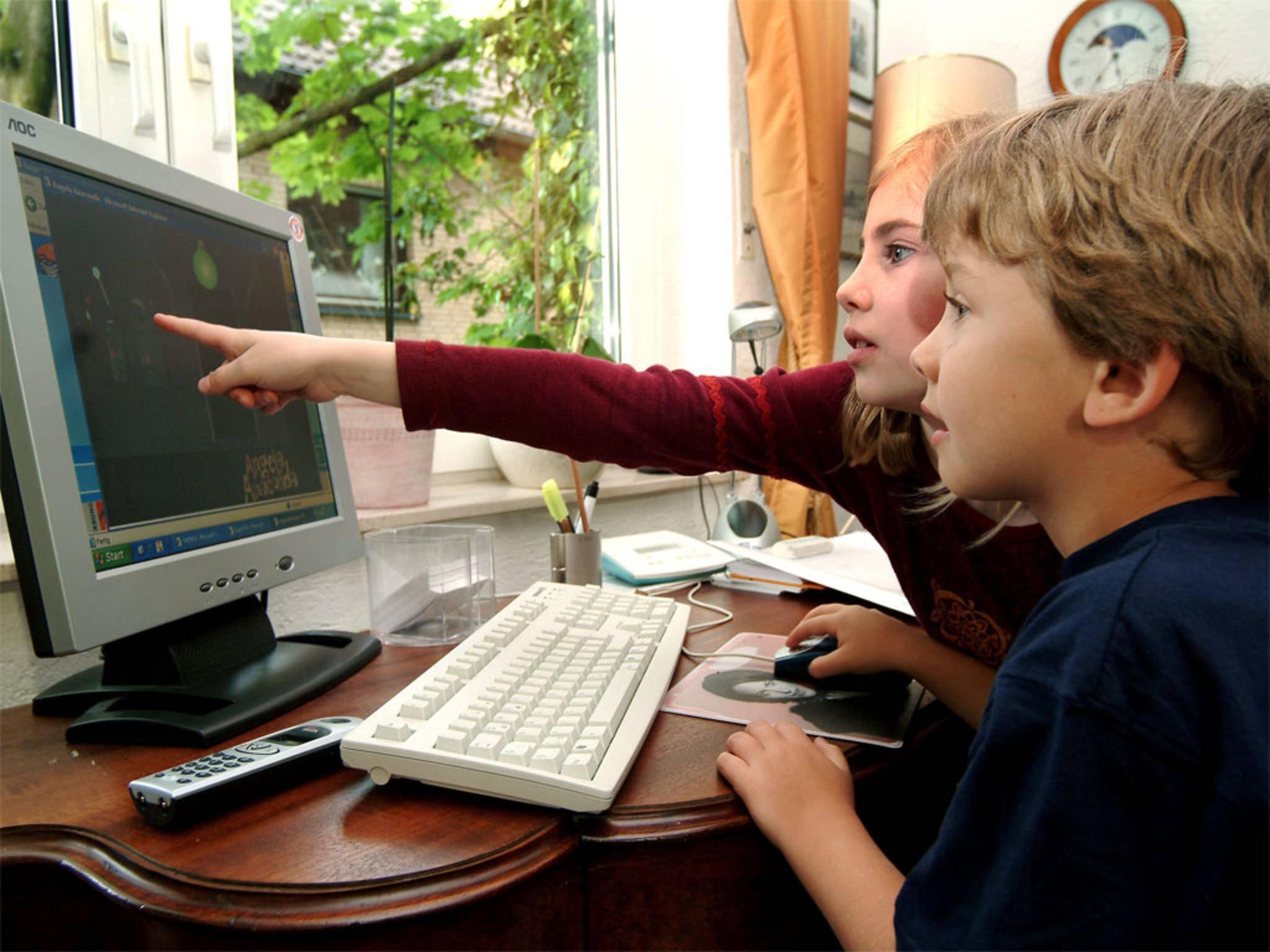 Kinder können am PC spielend lernen.