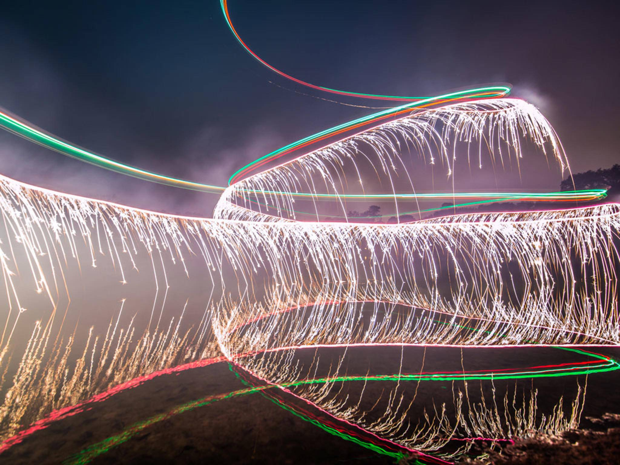 Ein Wasserfall aus Feuer: Calder Wilson malt per Lightscribe-Fotografie tolle Bilder.