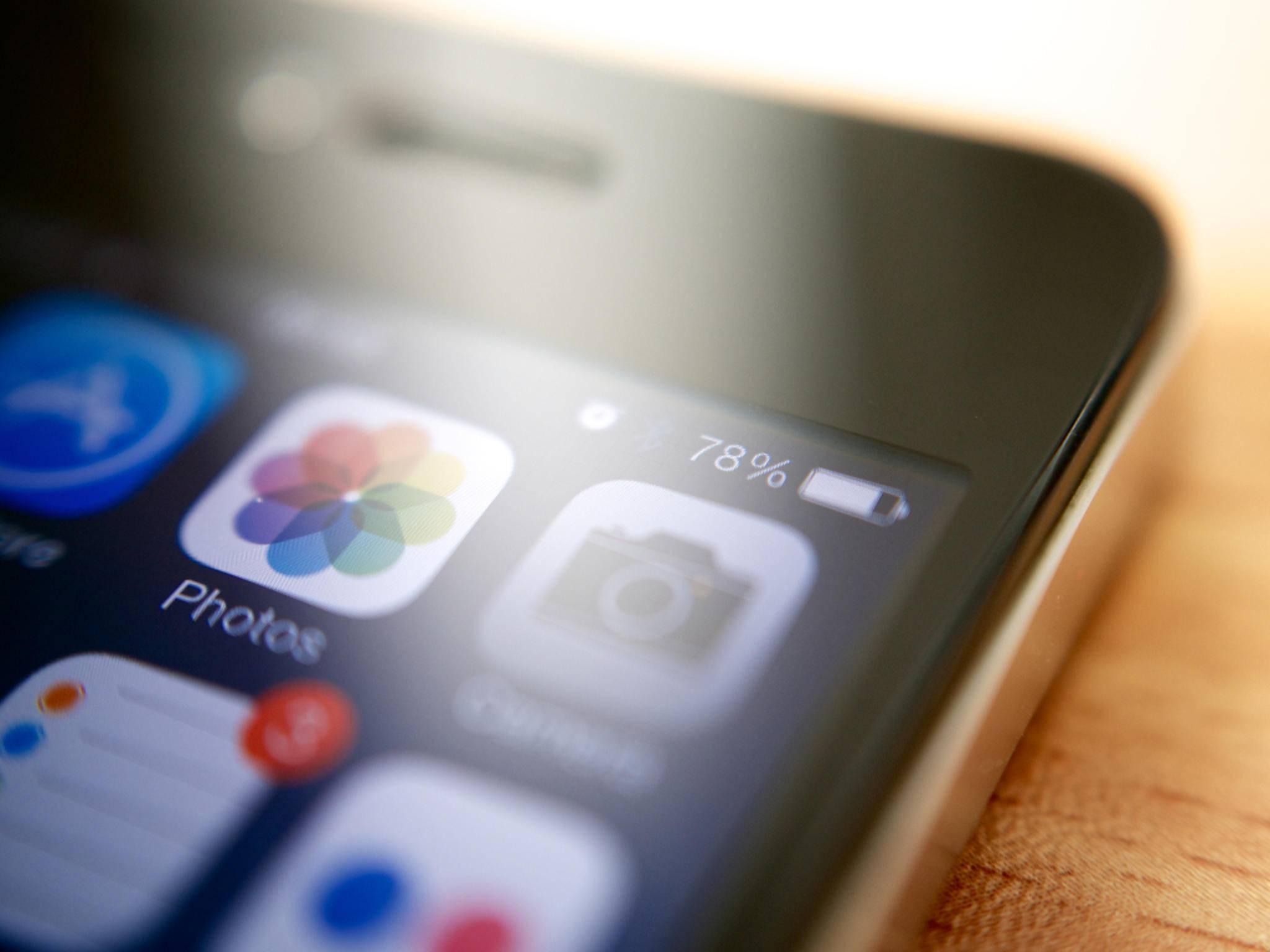 Das iPhone kann auch beim Erreichen von 100 Prozent an der Steckdose bleiben.