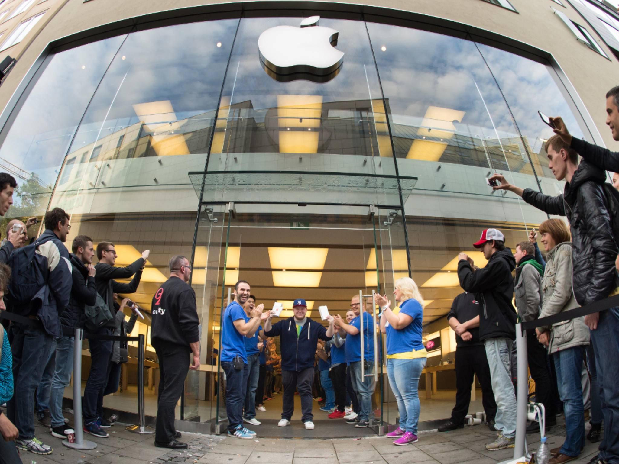 Apple-Fans stehen für neue Produkte stundenlang in der Schlange.