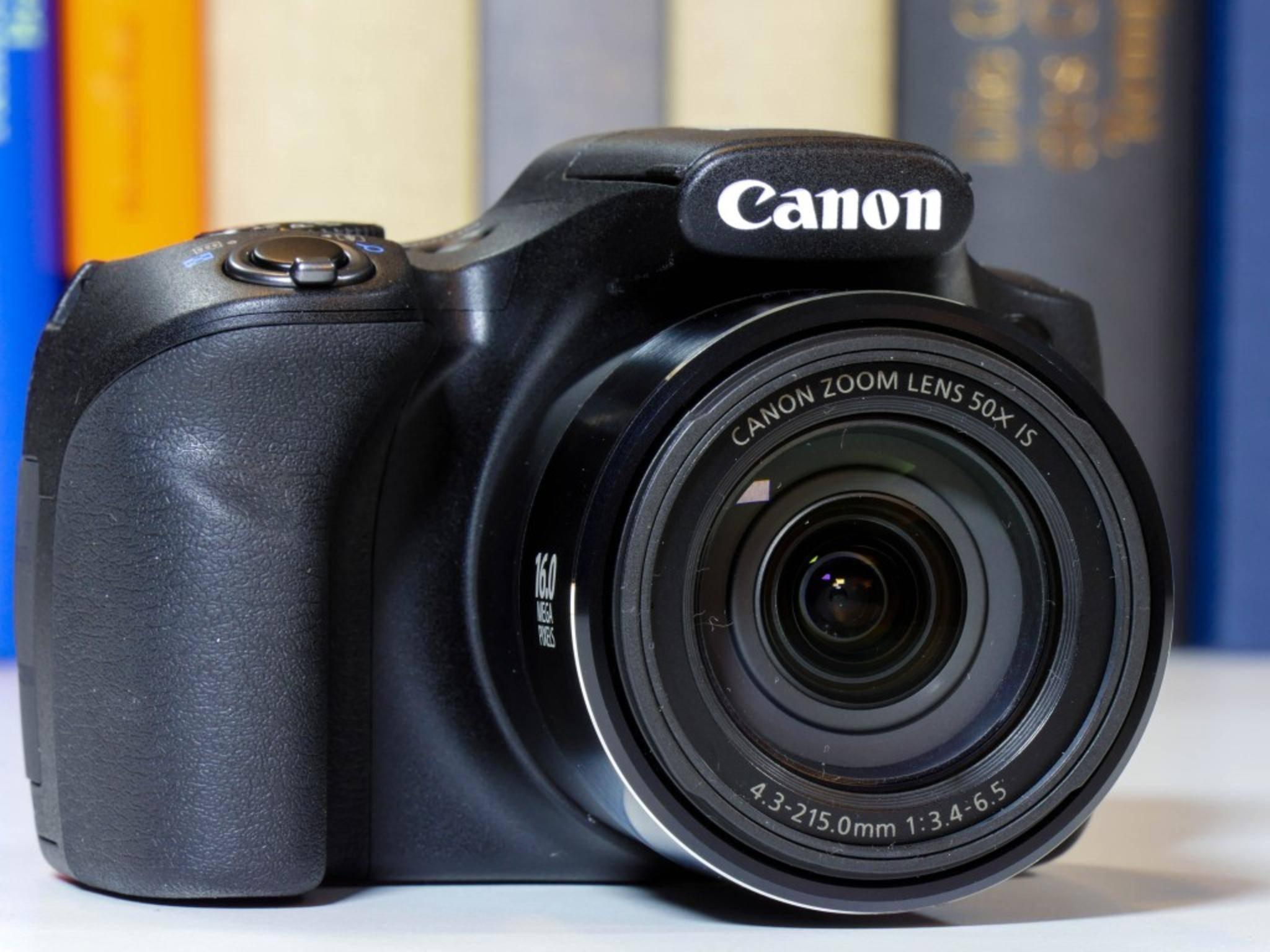 Die Kameratechnik kommt in einem schwarzen Plastikgehäuse unter.