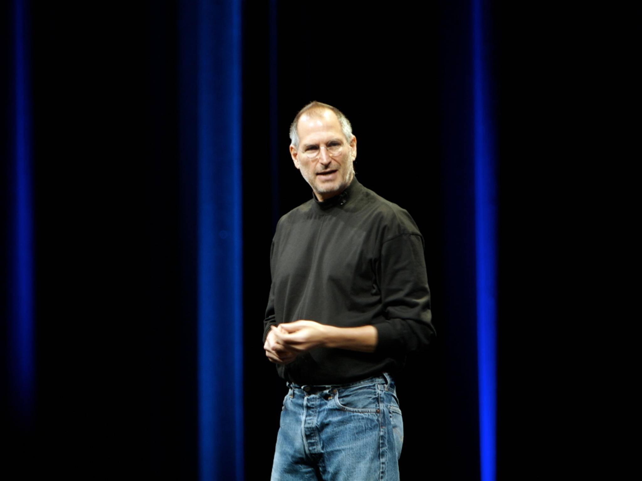 Steve Jobs wie man ihn kennt: Schwarzer Pullover und blaue Jeans.