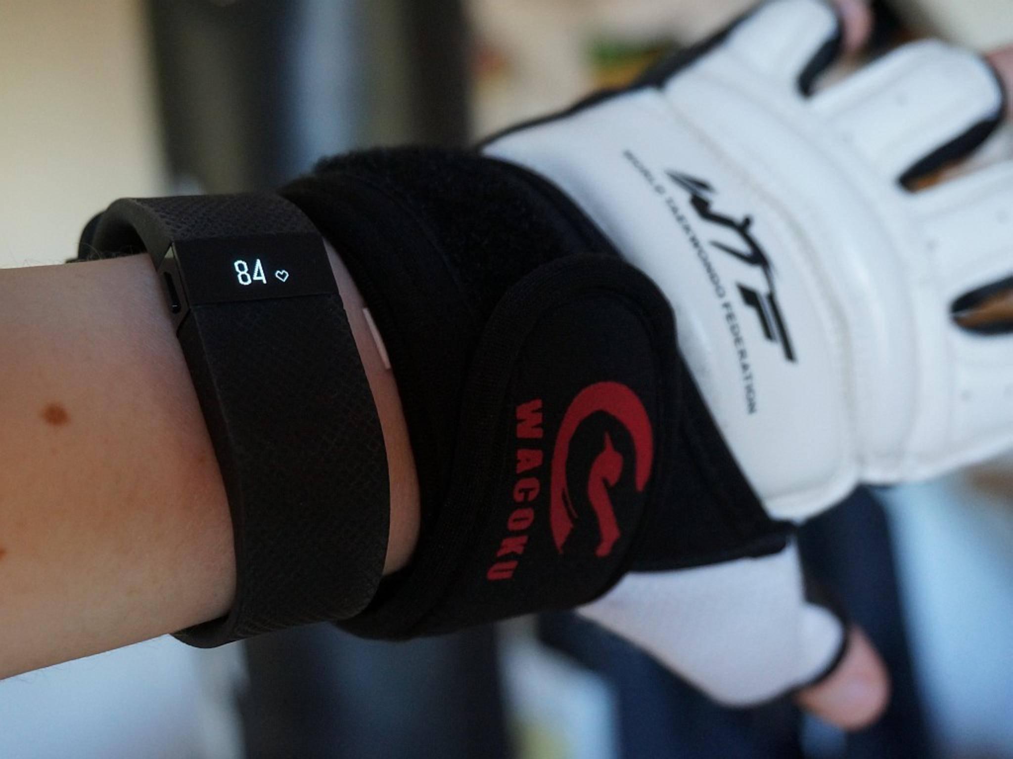 Der Fitbit Charge HR-Tracker kann beispielsweise auch Deine Herzfrequenz messen.