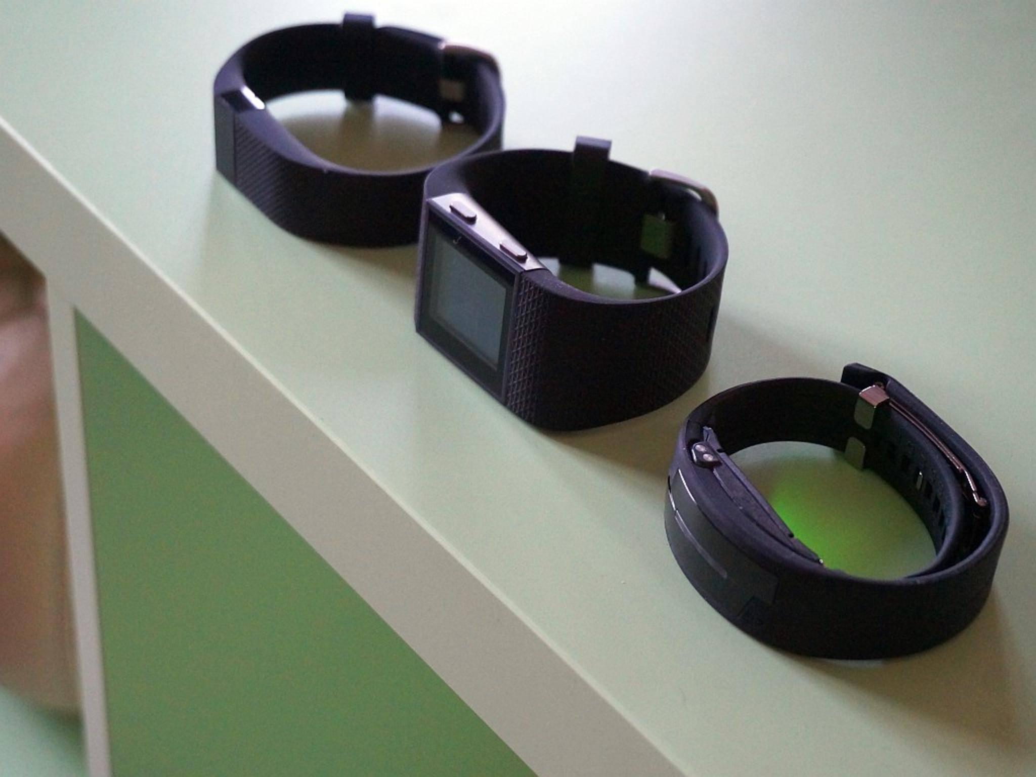 Messen kontinuierlich den Puls: Fitbit Charge HR, Fitbit Surge und Epson Pulsense.