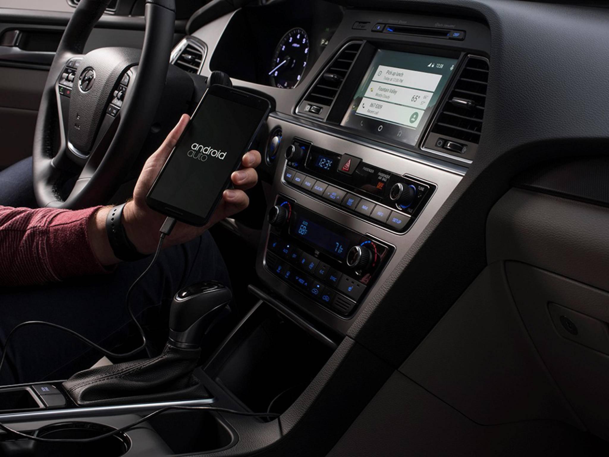 Alternativ kann das Handy oftmals auch klassisch per Audiokabel verbunden werden.