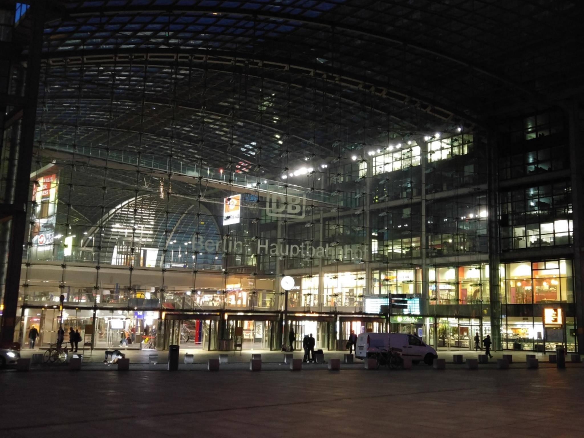 Der Berliner Hauptbahnhof am späten Abend.