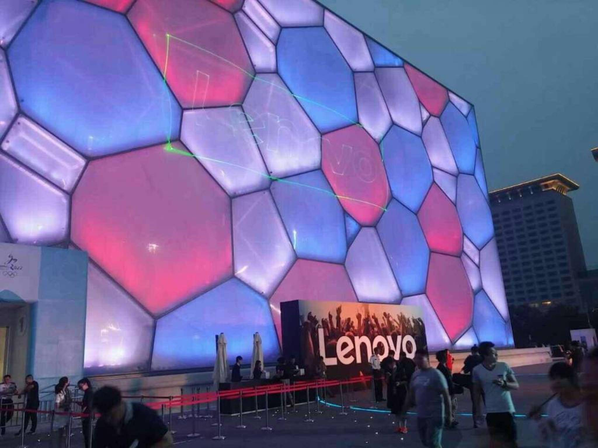 Auf der Hausmesse Tech World stellte Lenovo seine erste VR-Brille vor.