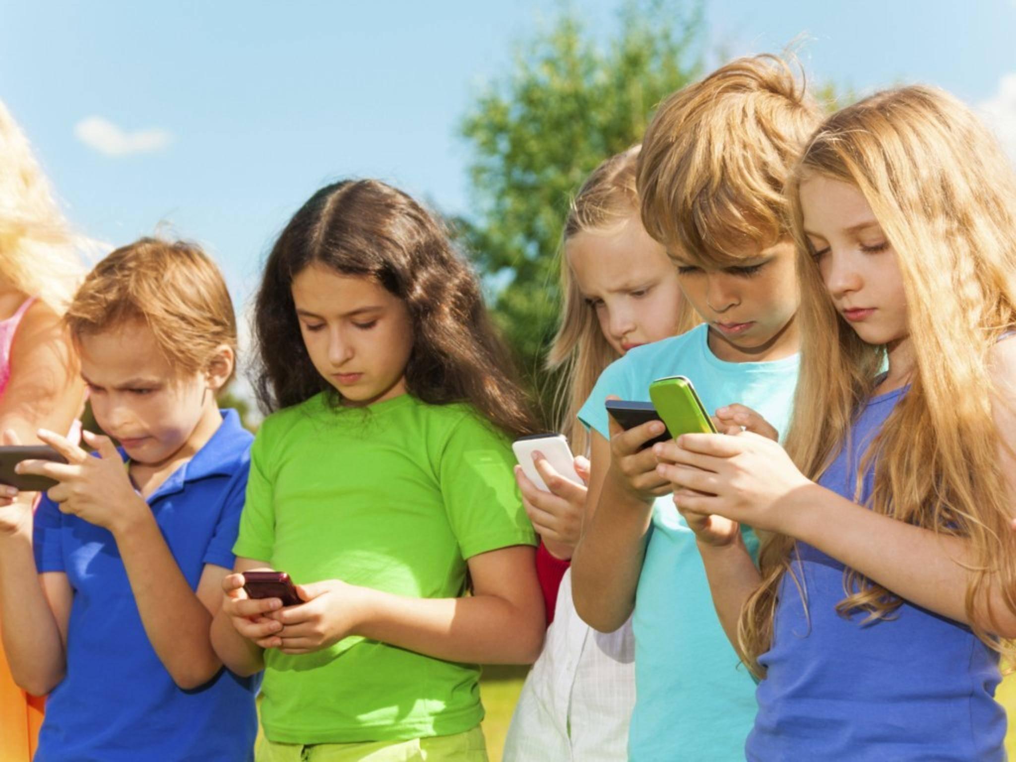 Ein Smartphone sollten Kinder erst ab einem Alter von etwa 12 Jahren benutzen.