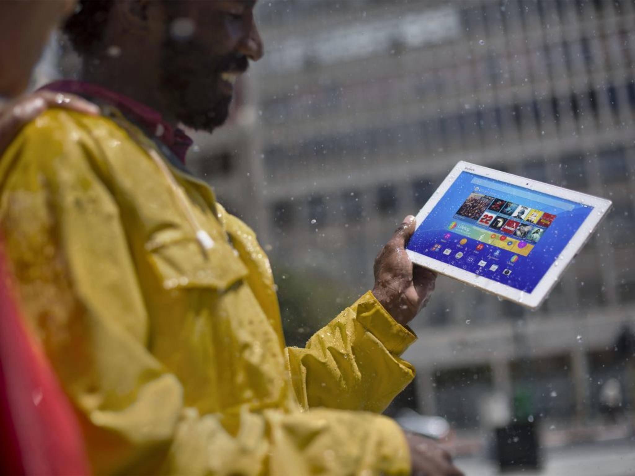 Das Sony Xperia Z4 Tablet übersteht einen Regenschauer ohne Schaden.