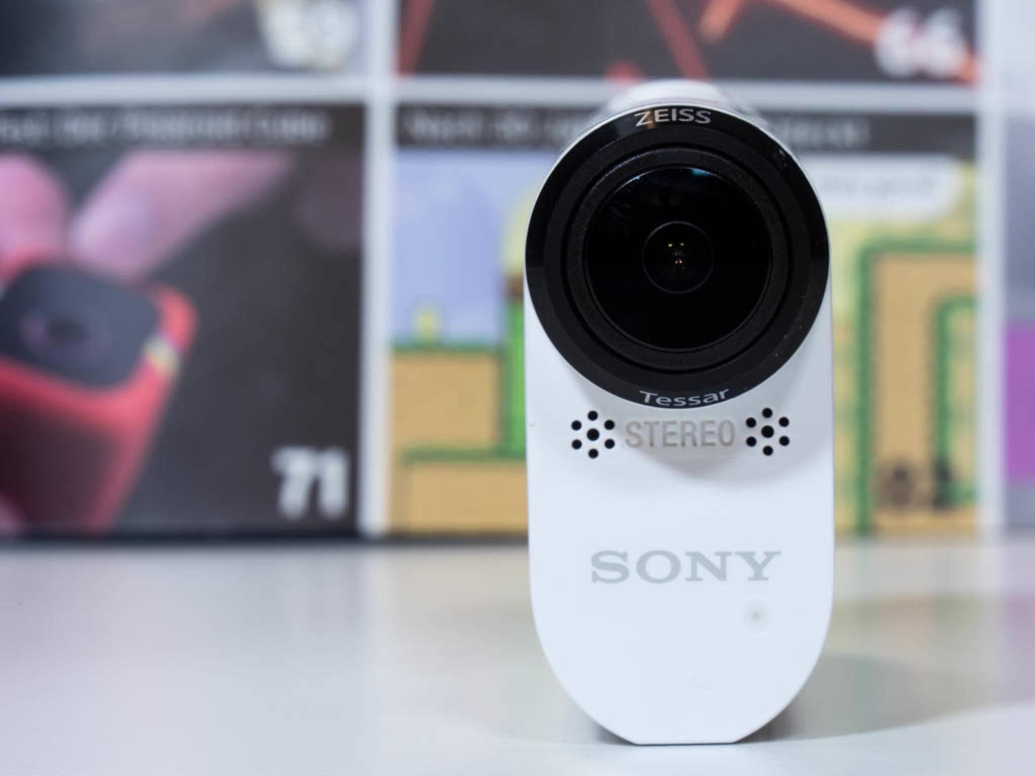 Sonys Action-Cams können ohne Gehäuse gerade so stehen.