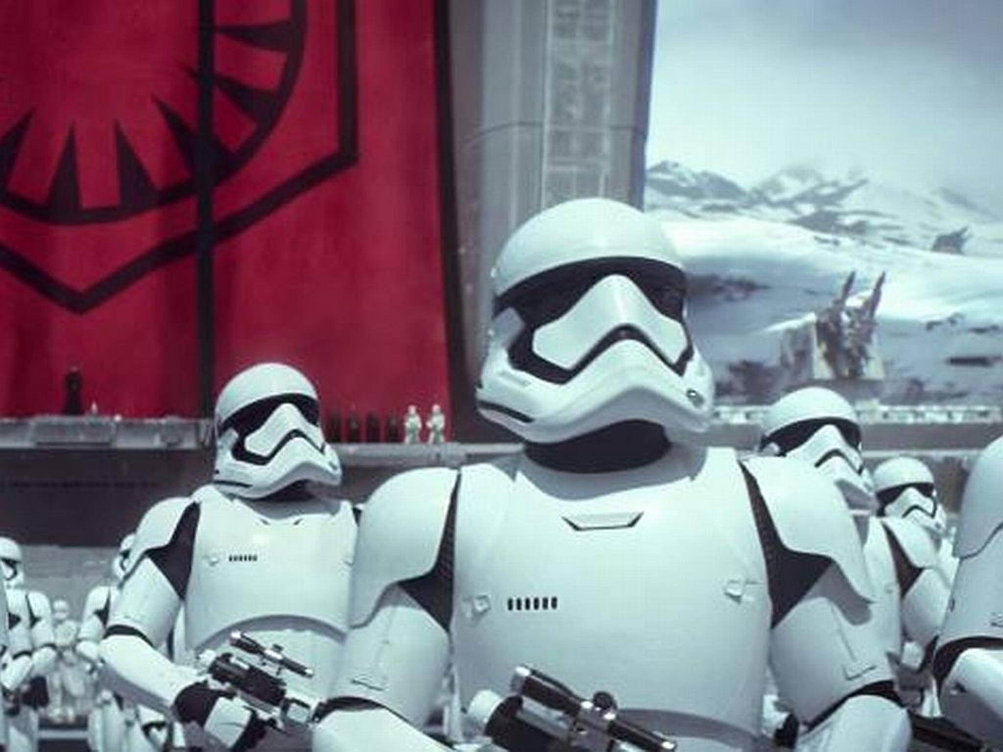 """Die Rüstung ist echt, der Hintergrund nicht: In """"Star Wars: Das Erwachen der Macht"""" verschwimmen Filmaufnahmen und digitale Effekte unmerklich."""