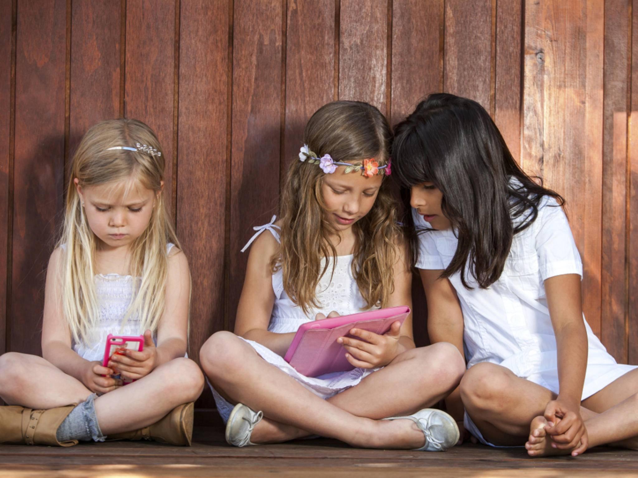 Kinder mit iPhone und iPad