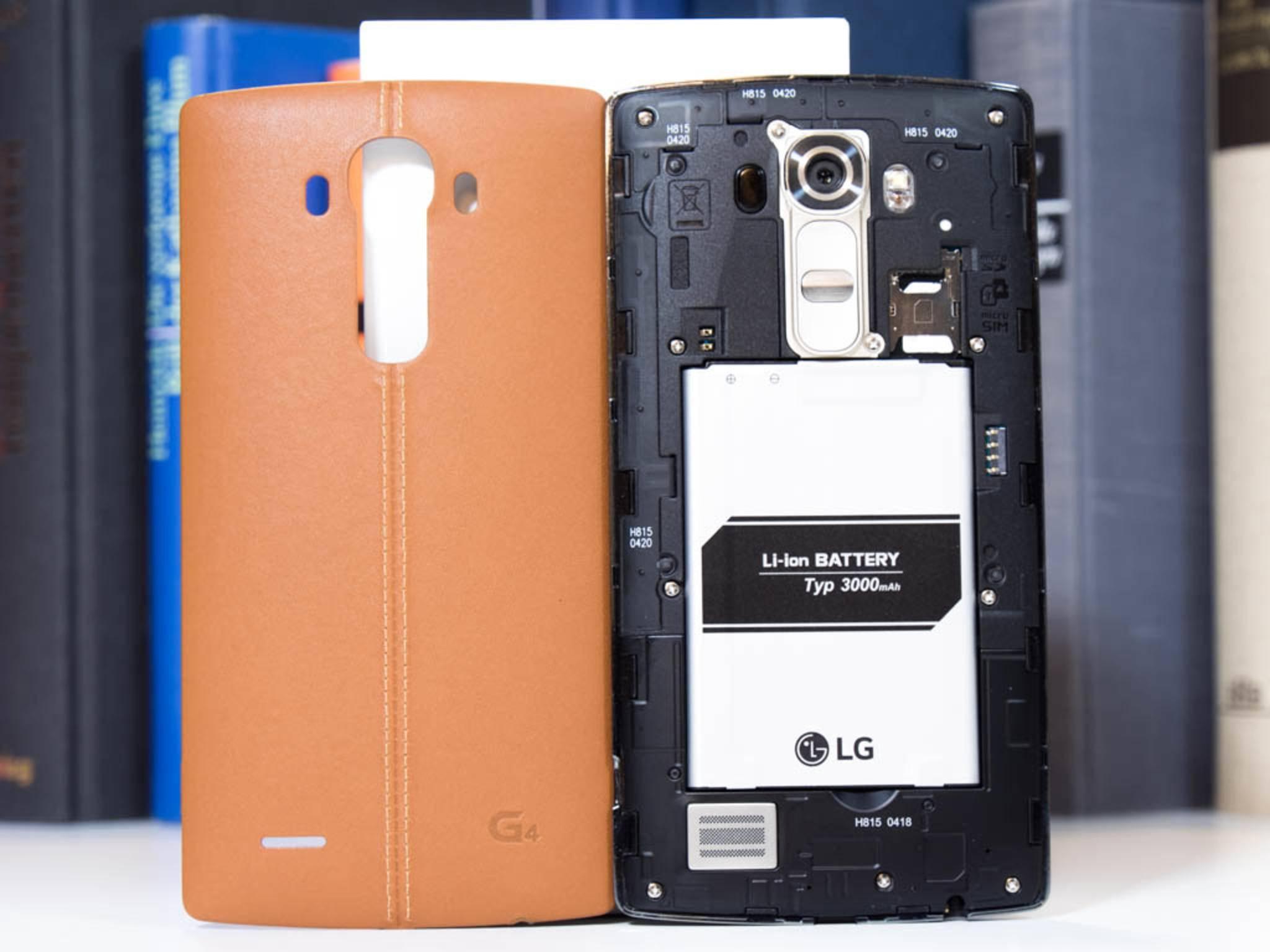 Die Rückseite des LG G4 ist abnehmbar und lässt sich somit leicht ersetzen.